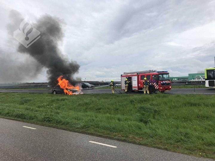 Auto vliegt spontaan in brand op A7 bij Agriport