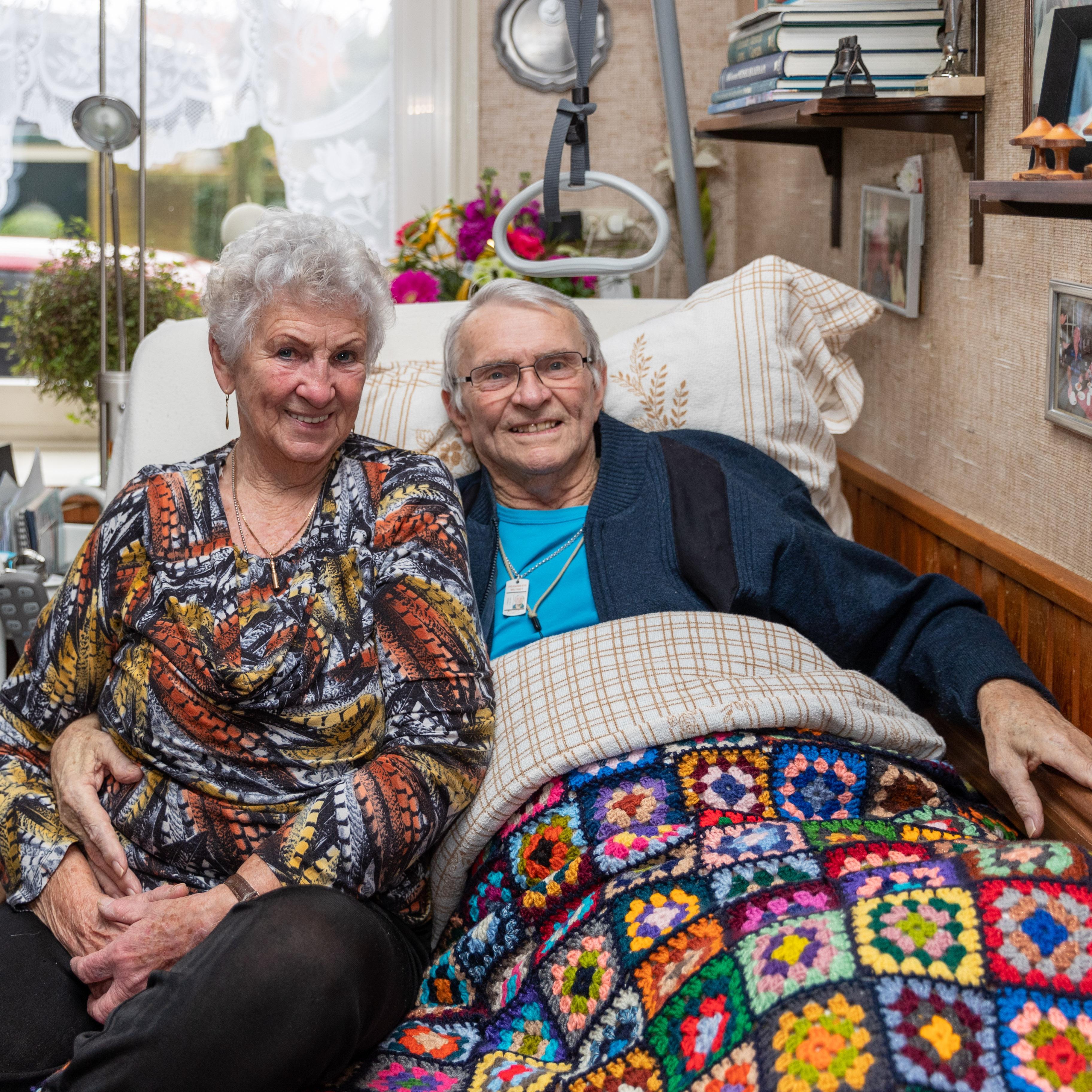 'Tortelduifjes' Mies en doodzieke Peter Brouwer-Pool uit Enkhuizen maken samen nog nét de zestig huwelijksjaren vol