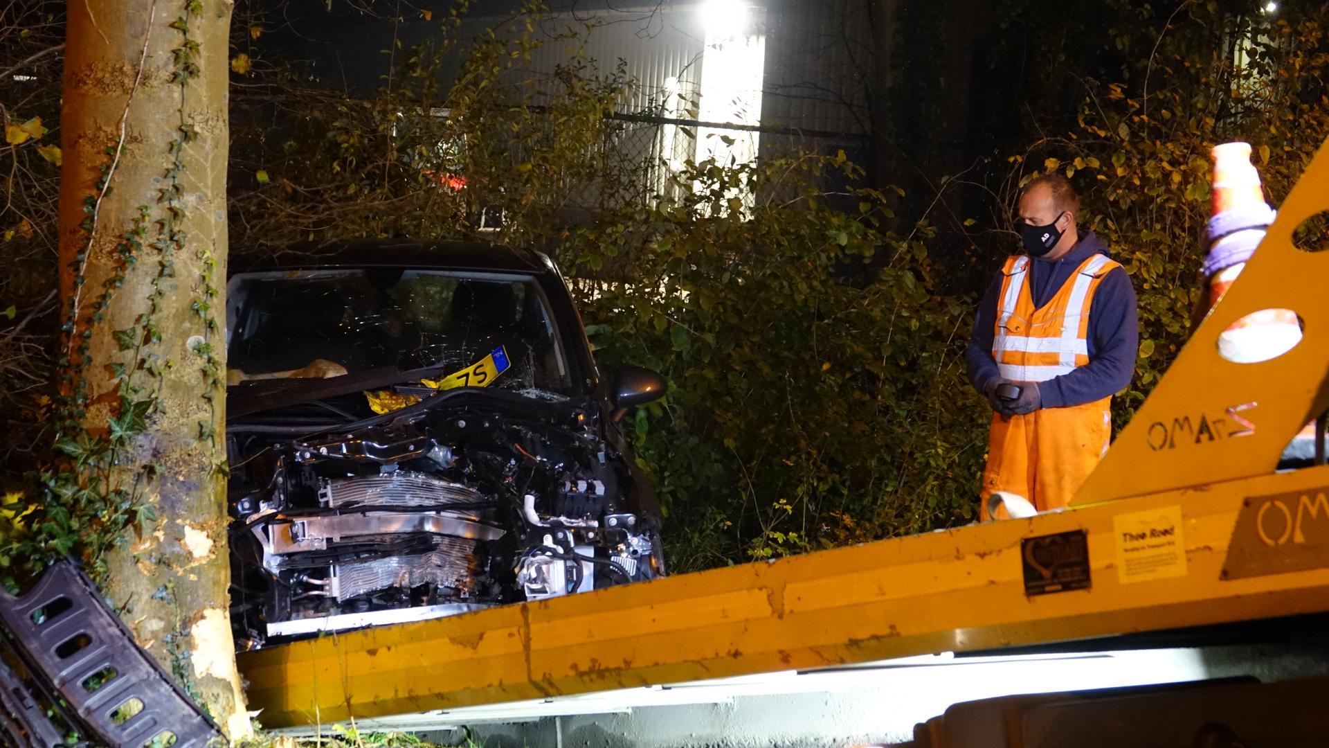 Auto botst tegen boom vlak bij brandweerkazerne in Hoorn