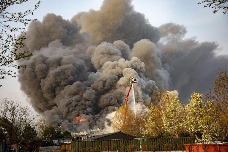 Live: Zeer grote brand in Zwaanshoek [video]