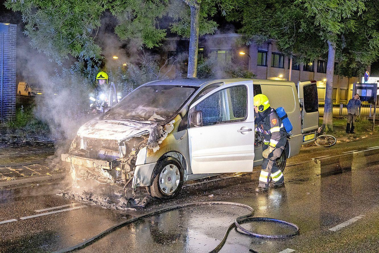 Busje vat al rijdend vlam op de Professor Eijkmanlaan in Haarlem