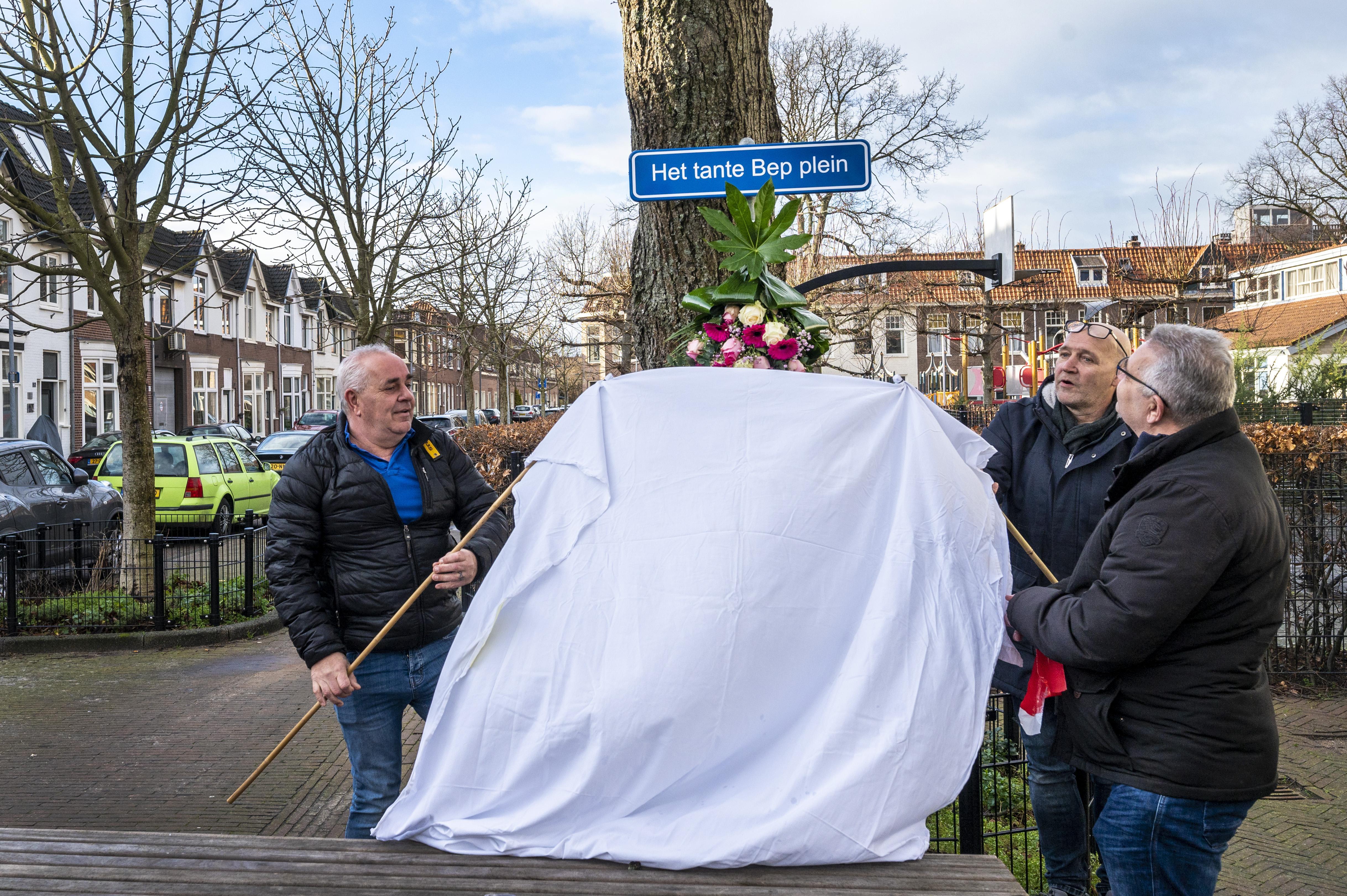 Naambordje als eerbetoon aan 'tante Bep' op het Brouwersplein: 'Als ze het zelf had kunnen zien, was ze er lachend voor omhoog gekomen'