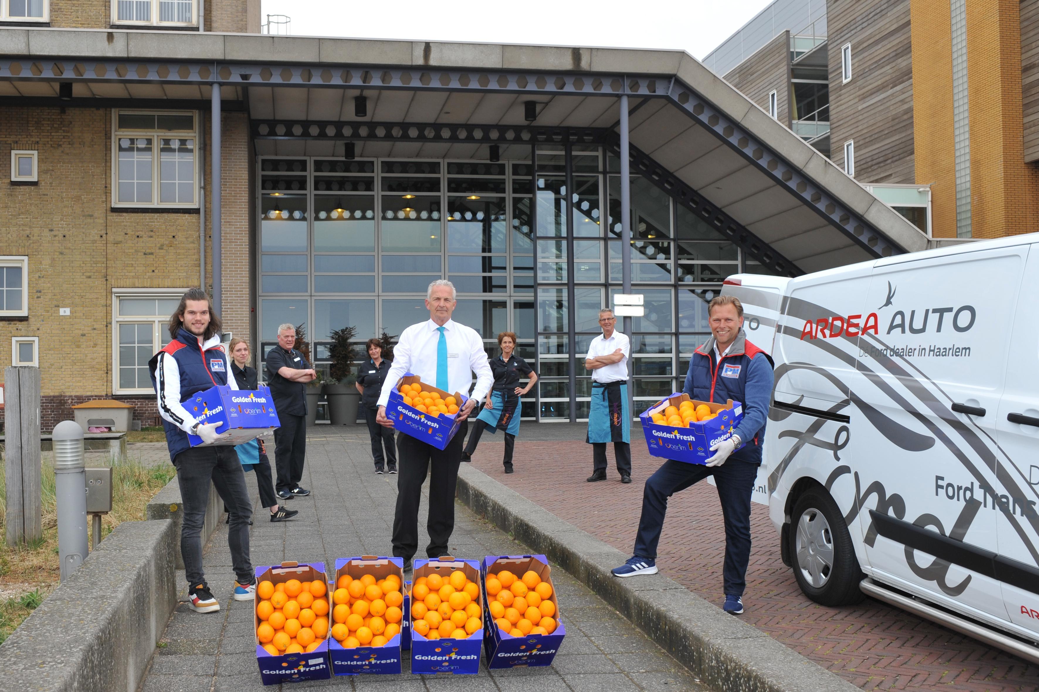 Bedrijf Petromark levert 150 kisten vol sinaasappelen af bij zorginstellingen in Beverwijk en Heemskerk