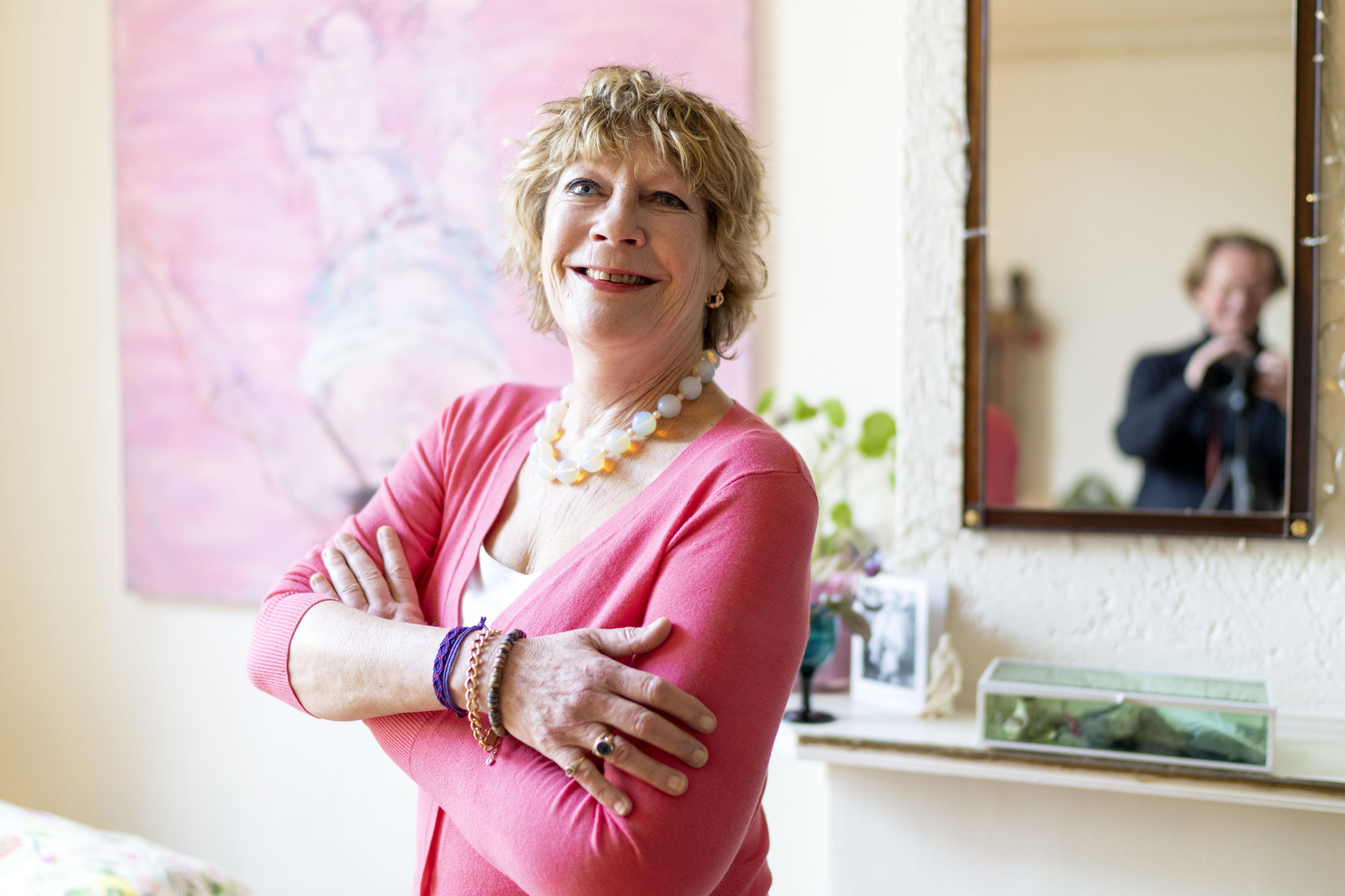 Leidse dichteres Pink Meltzer poseert bij vrij toegankelijke workshop boetseren