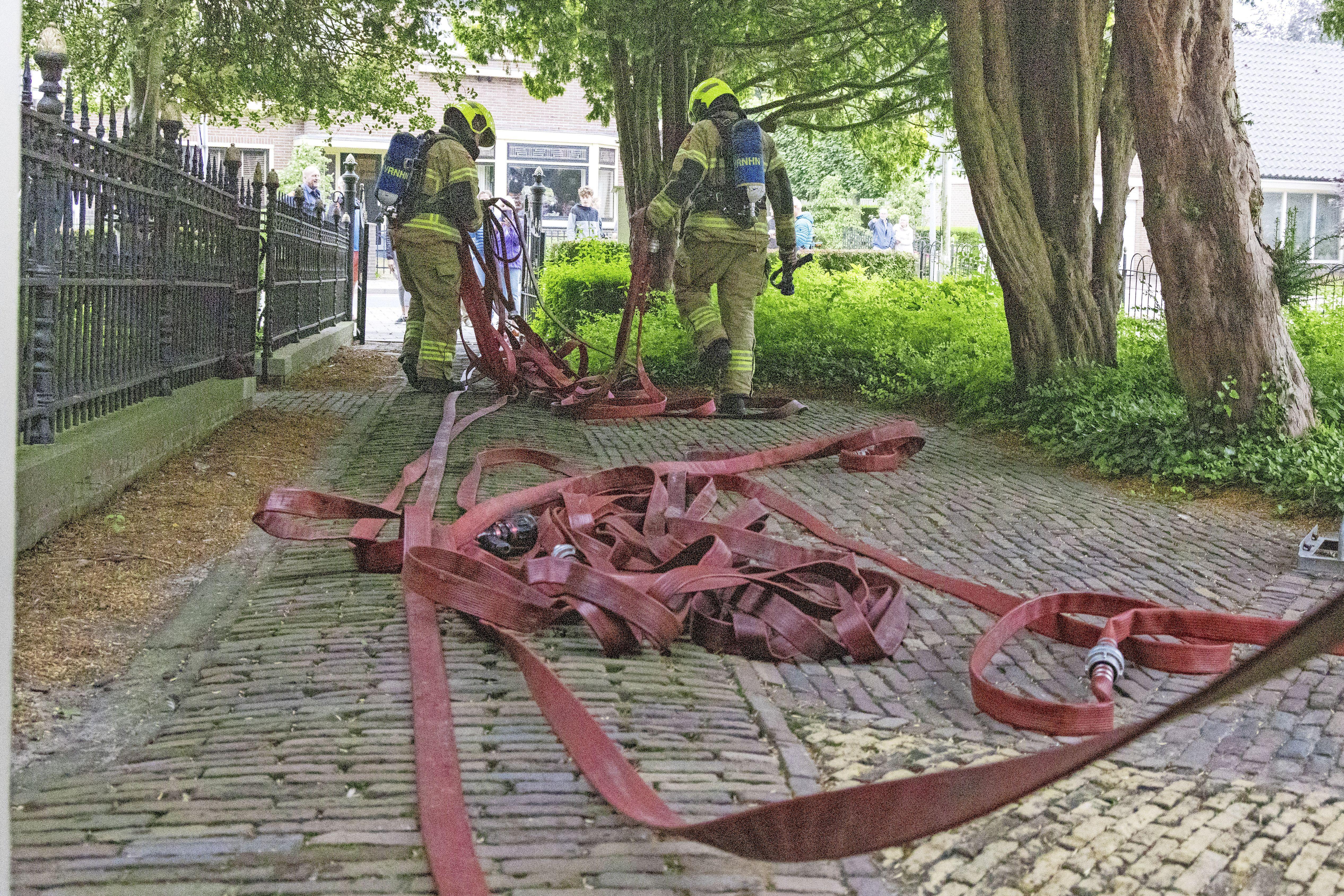 Blusgigant van Korps Marinebrandweer helpt bij brandweeroefening in Blokker [video]