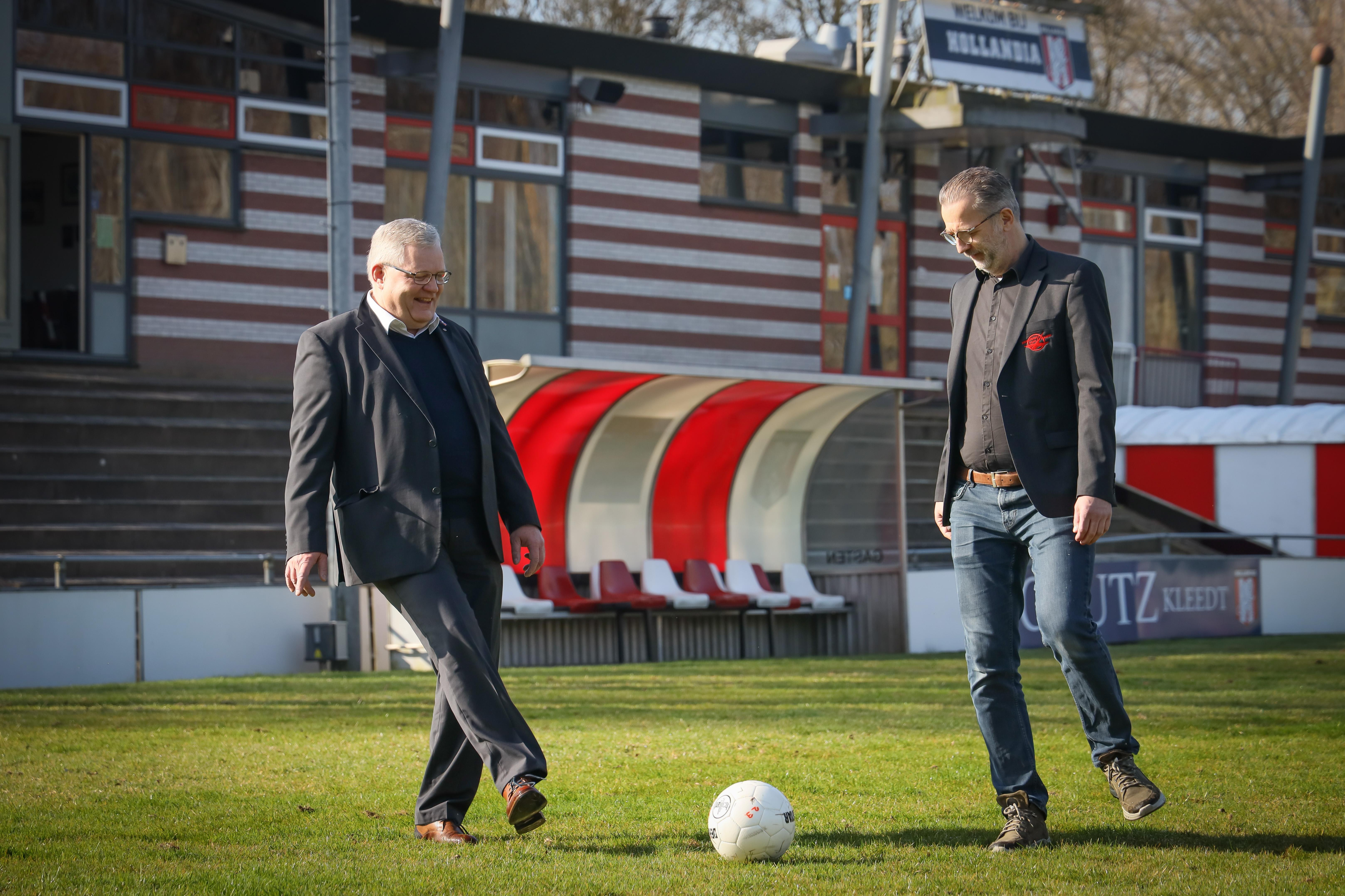 Voetbalclubs Hollandia en Zwaluwen '30 beginnen geduld te verliezen, nu fusie minstens jaar is uitgesteld. 'We willen geen speelbal van Hoorn worden'