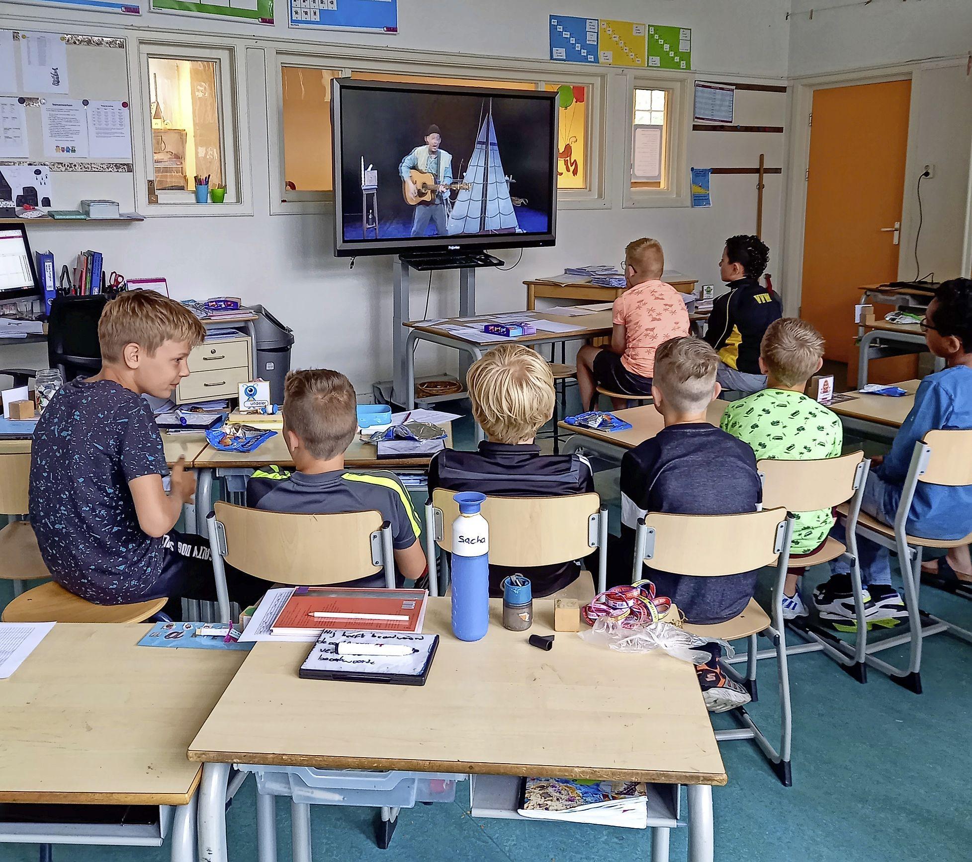 School voor even omgetoverd tot bioscoop. Leerlingen van SKOWF-scholen krijgen als cadeautje een digitale theatervoorstelling voorgeschoteld