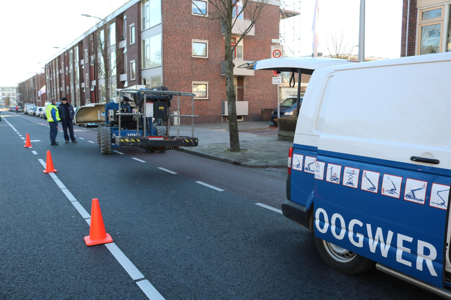 Auto botst tegen hoogwerker in Katwijk, verkeer Boslaan gestremd