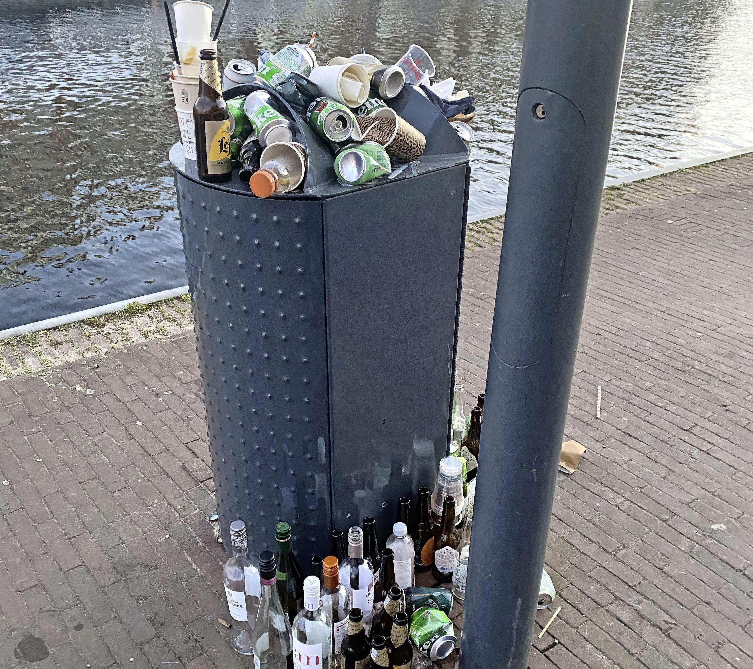 Troep op straat en overvolle afvalbakken. 'We hebben niet het idee dat we iets fout doen als we koffiebekertjes op een overvolle afvalbak stapelen, integendeel'