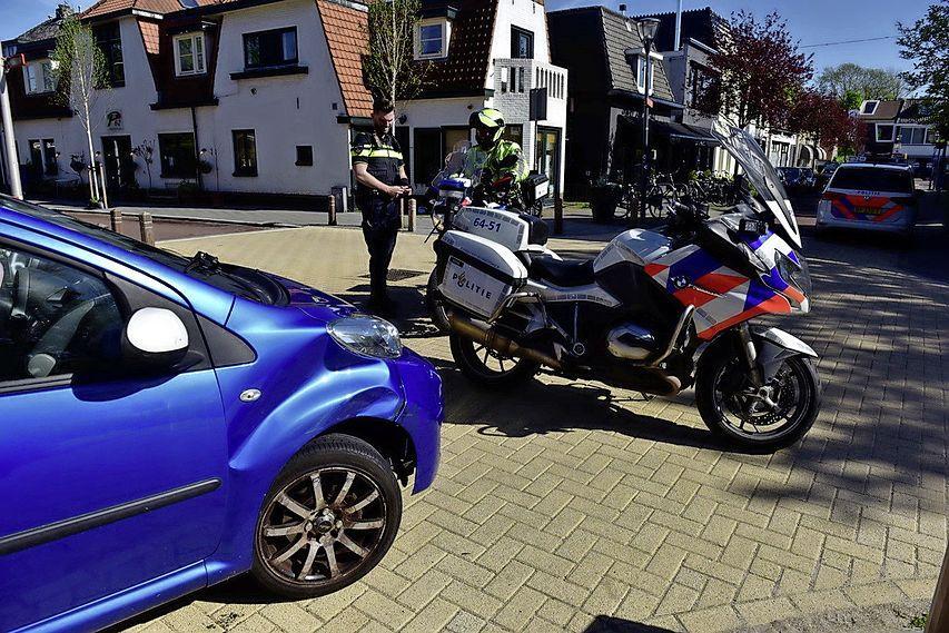 Oudere vrouw schampt drie geparkeerde auto's in Oegstgeest en belandt in ziekenhuis
