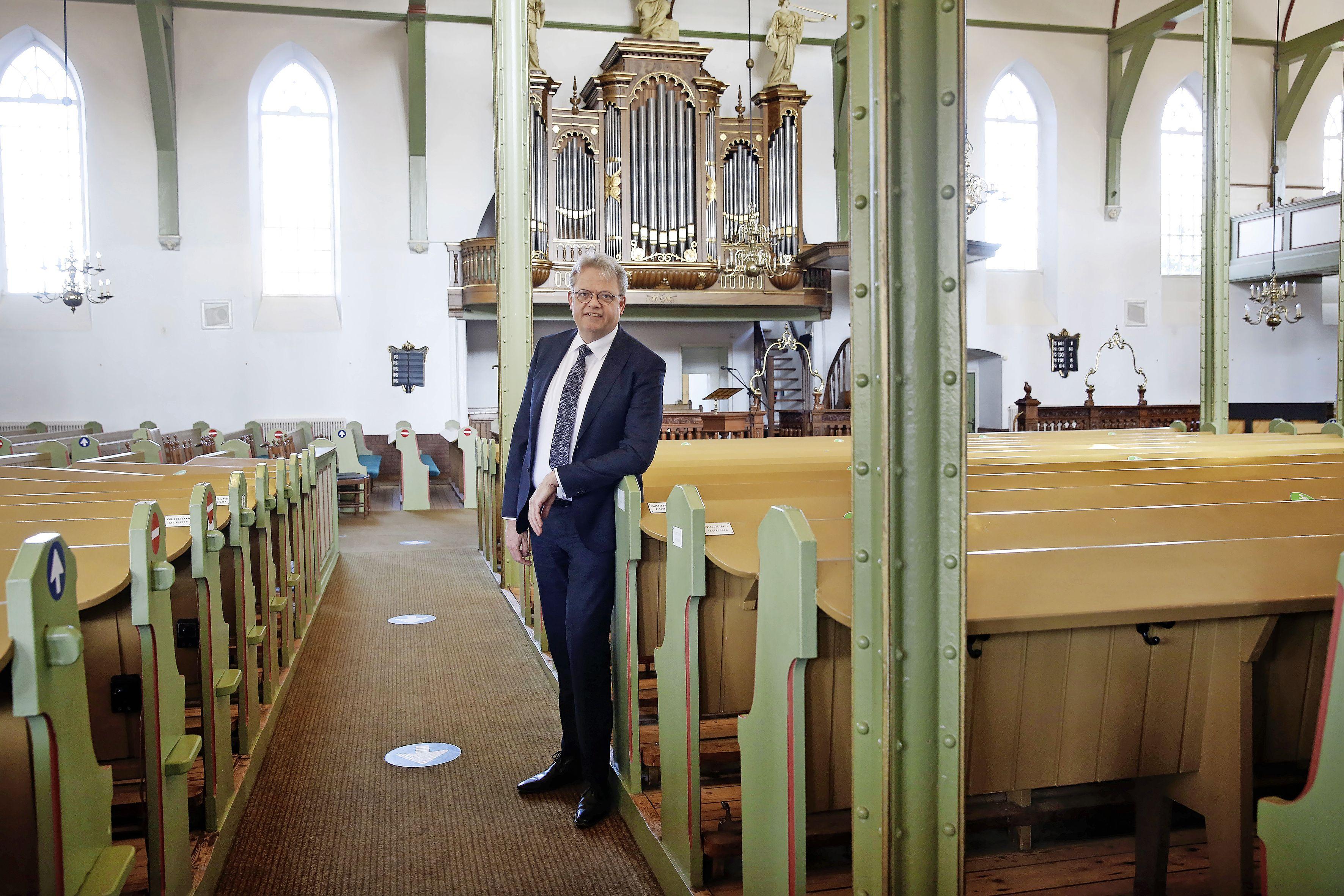 Buikpijn van beelden uit Urk. Dominees Piet van 't Hof (Huizen) en Jan Janssen (Bunschoten) noemen volle kerken en geweld tegen journalisten 'triest' en 'een slechte zaak'; 'Dit straalt negatief af op alle christenen'