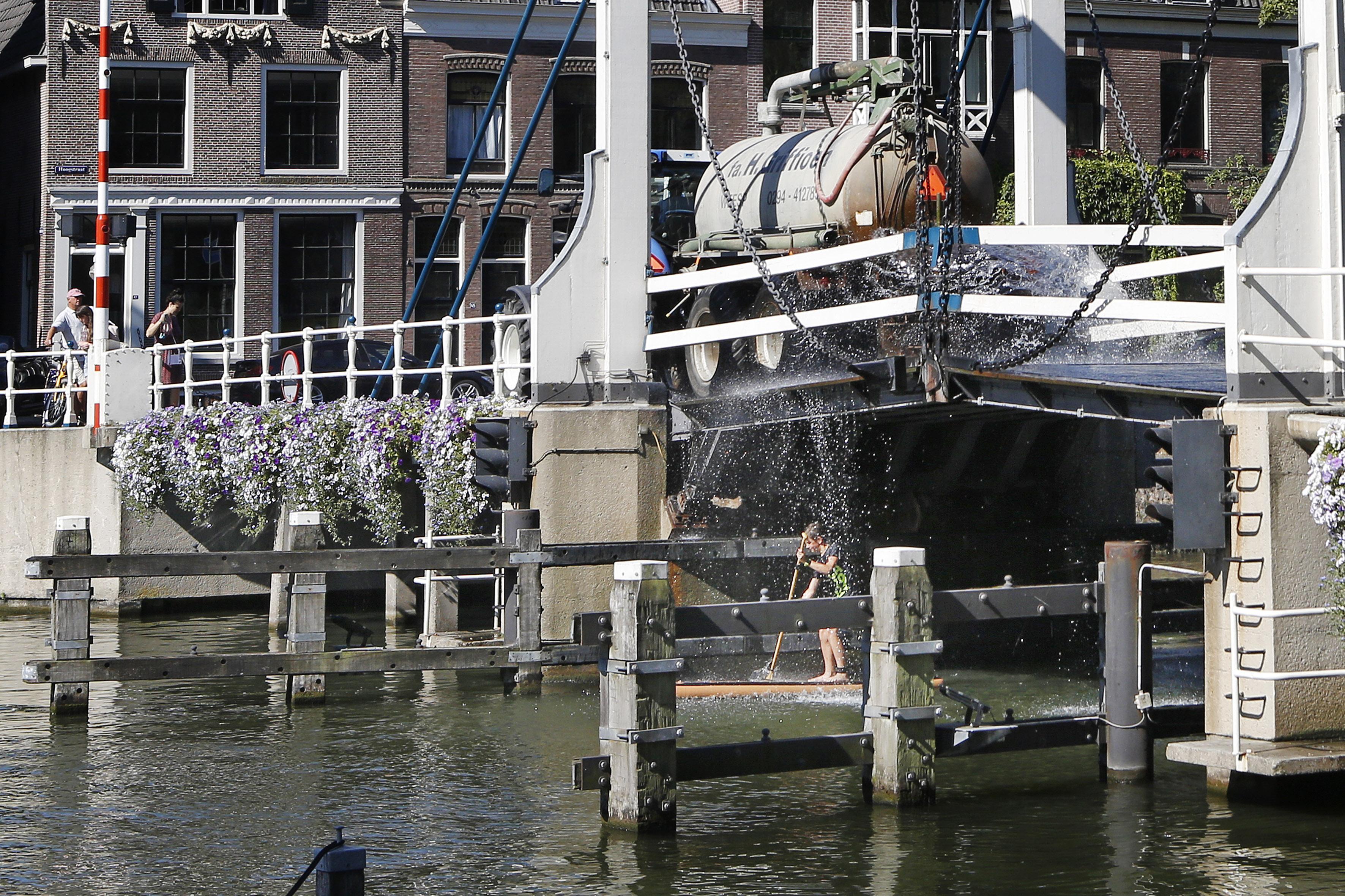 Verkoelende plens water voor alle bruggen in Weesp. Ook supper houdt het hoofd koel