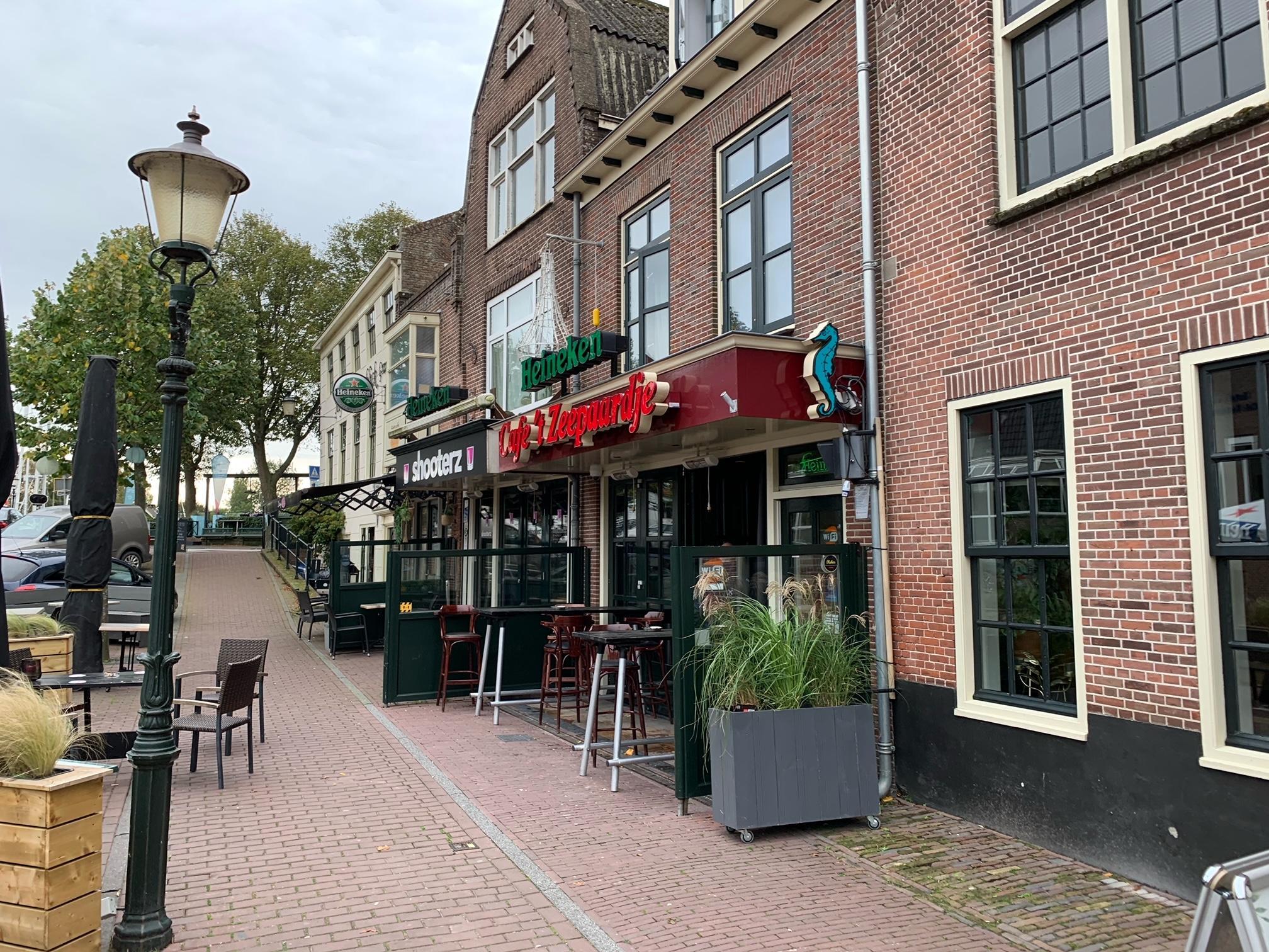 Café 't Zeepaardje in Medemblik gesloten en waarschijnlijk geschrapt als lid van Horeca Nederland na mishandeling toezichthouders: 'Niet voor het eerst in de fout'