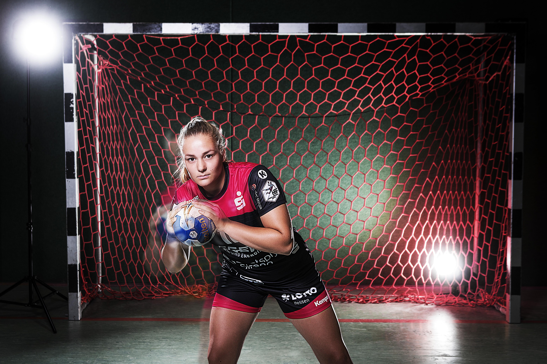 Vier maanden werkte Sarah Dekker in de tulpen. Nu is ze weer handbalster in de Bundesliga, waar de bal nog 'gewoon' rolt: 'Spelen voor helemaal lege tribunes is heel raar'
