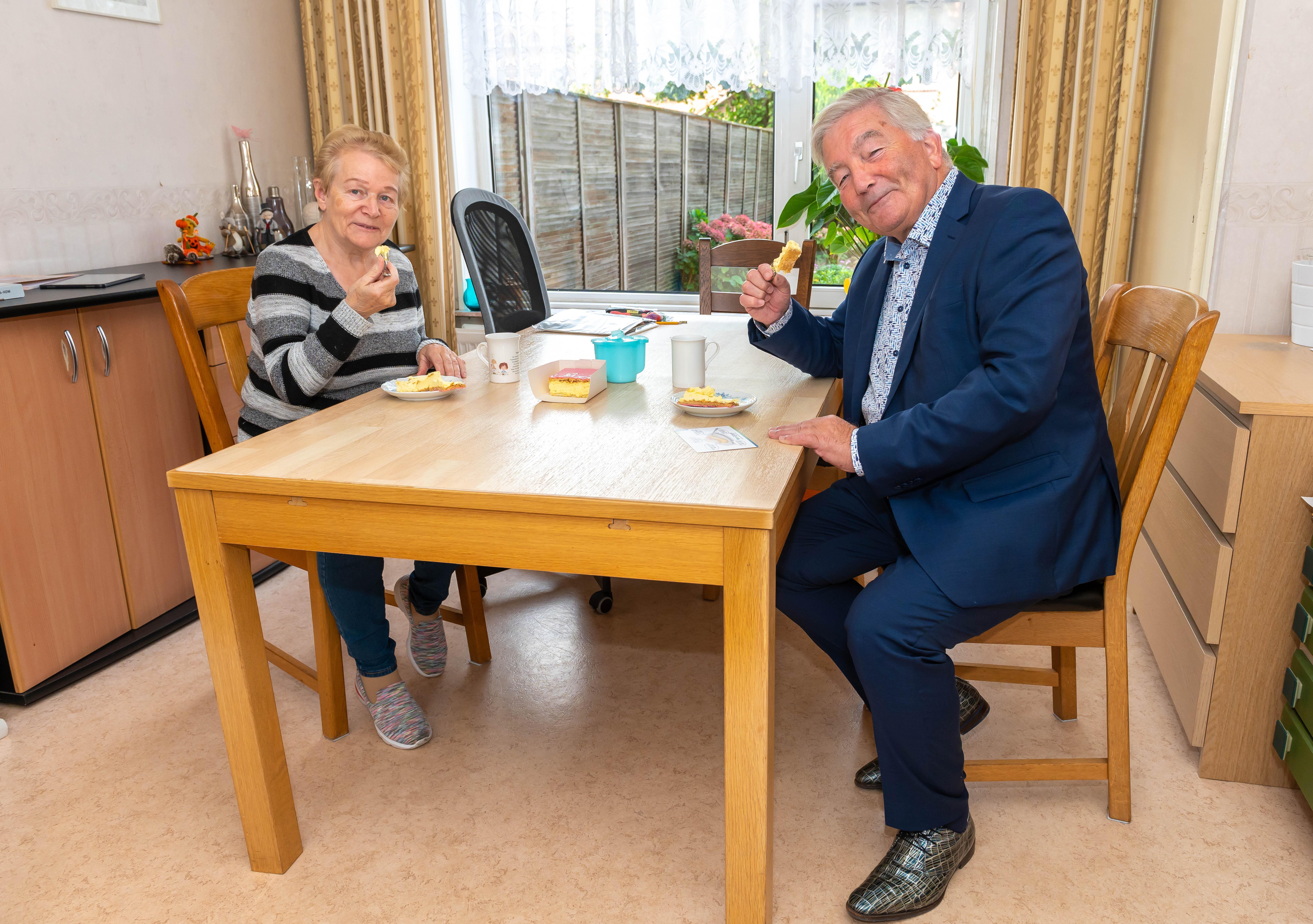 Gebak van de wethouder voor Jannie Olijve in Zuidoostbeemster tegen de eenzaamheid: 'Heel erg leuk, dat is toch uniek?'