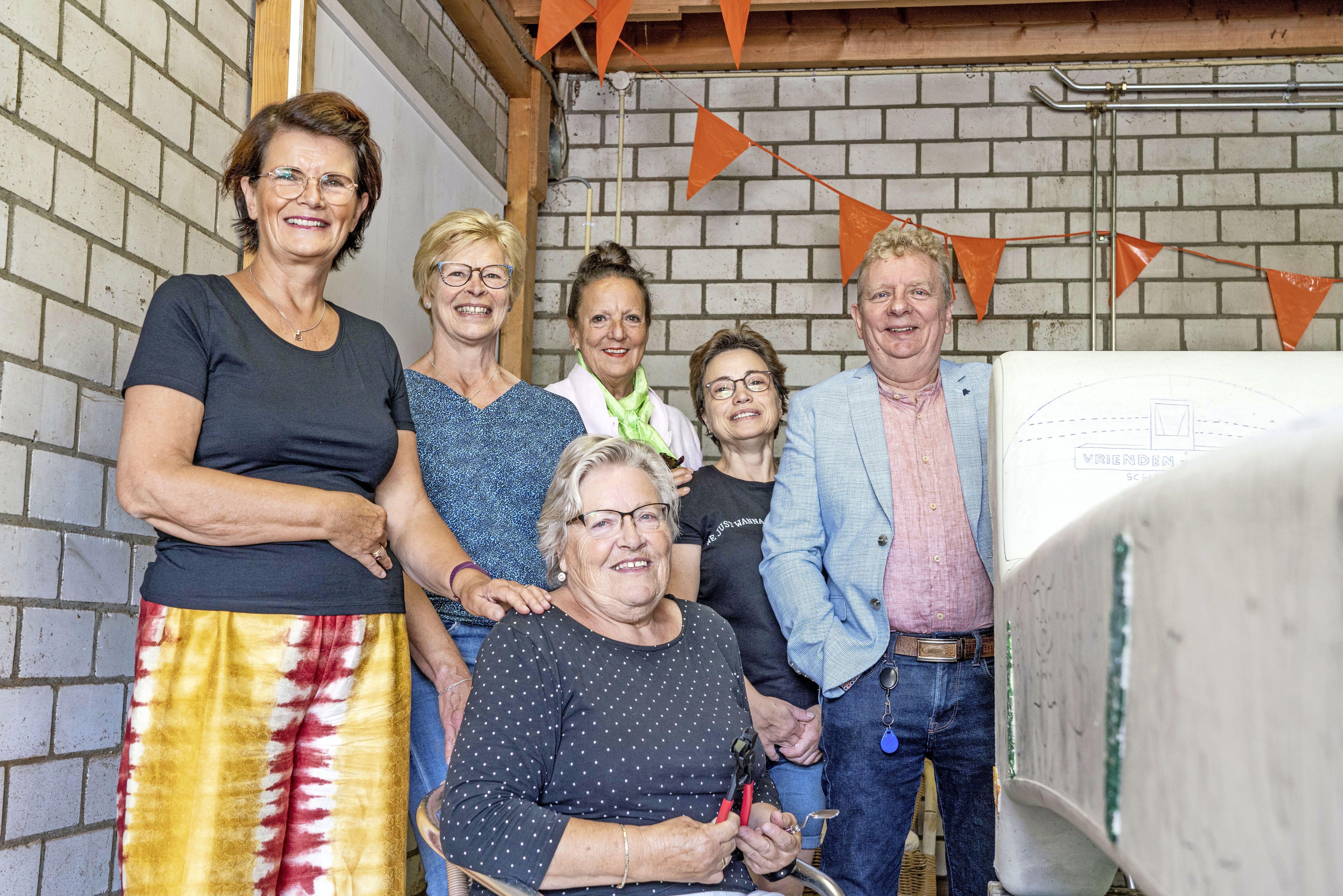 Bewoners van het Max Plazierhuis in Schagerbrug beplakken hun social sofa met mozaïeksteentjes. Het zijn weer nieuwe momenten die ze samen creëren