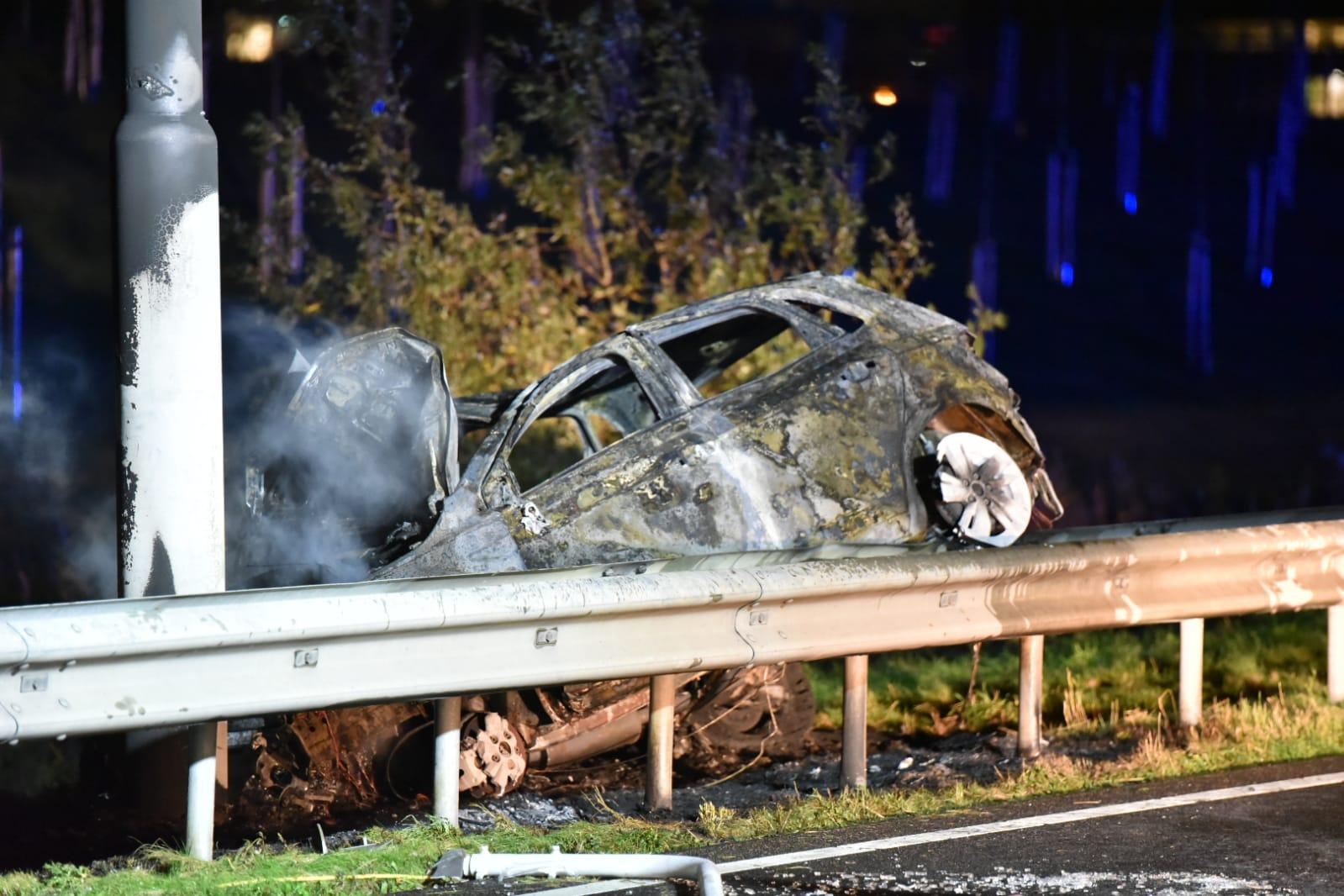 Automobilist zwaargewond en voertuig uitgebrand bij ongeluk op N201 in Rozenburg