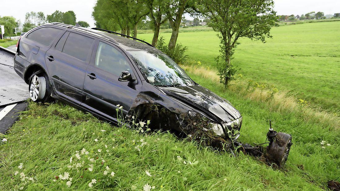 Beschonken automobilist crasht bij Markenbinnen en raakt gewond