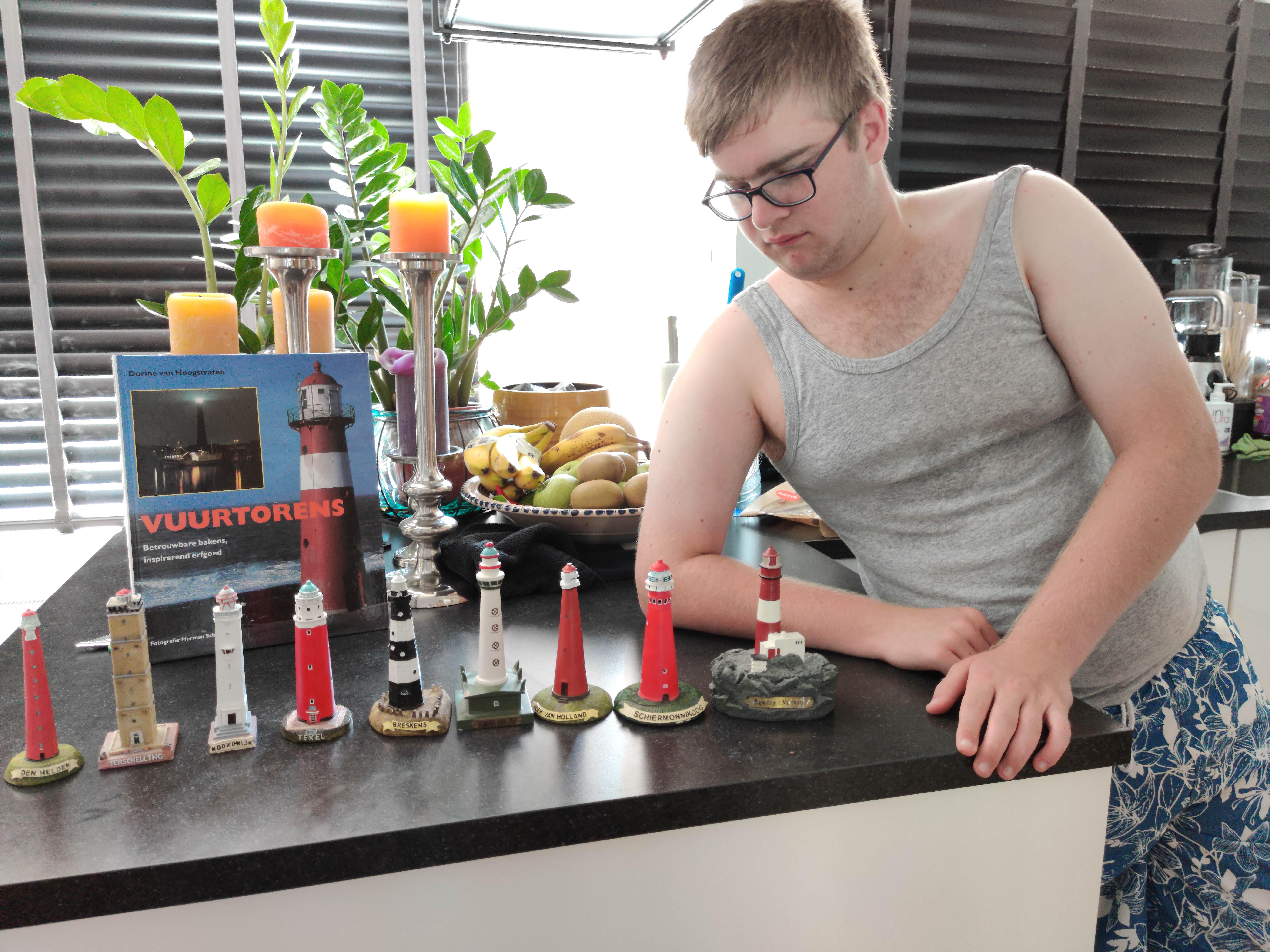 Autistische Joep herkent iedere vuurtoren; zijn broers maken hem blij met ingezamelde miniaturen