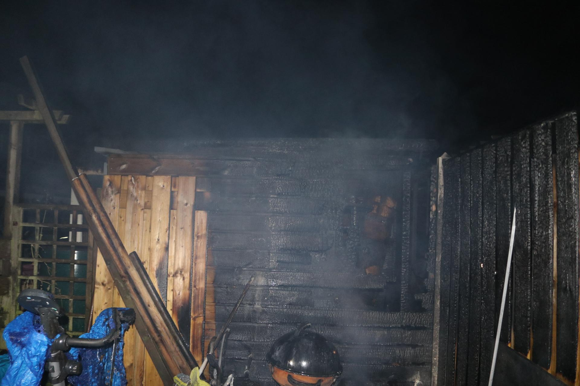 Uitslaande brand legt twee schuren in Sassenheim in de as