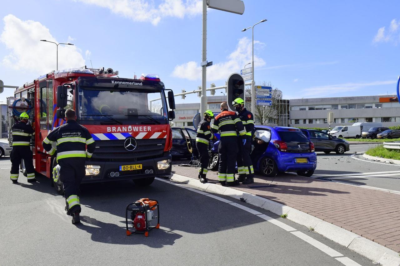 Ernstig ongeluk in Hoofddorp; automobilist wordt uit auto geknipt door brandweer