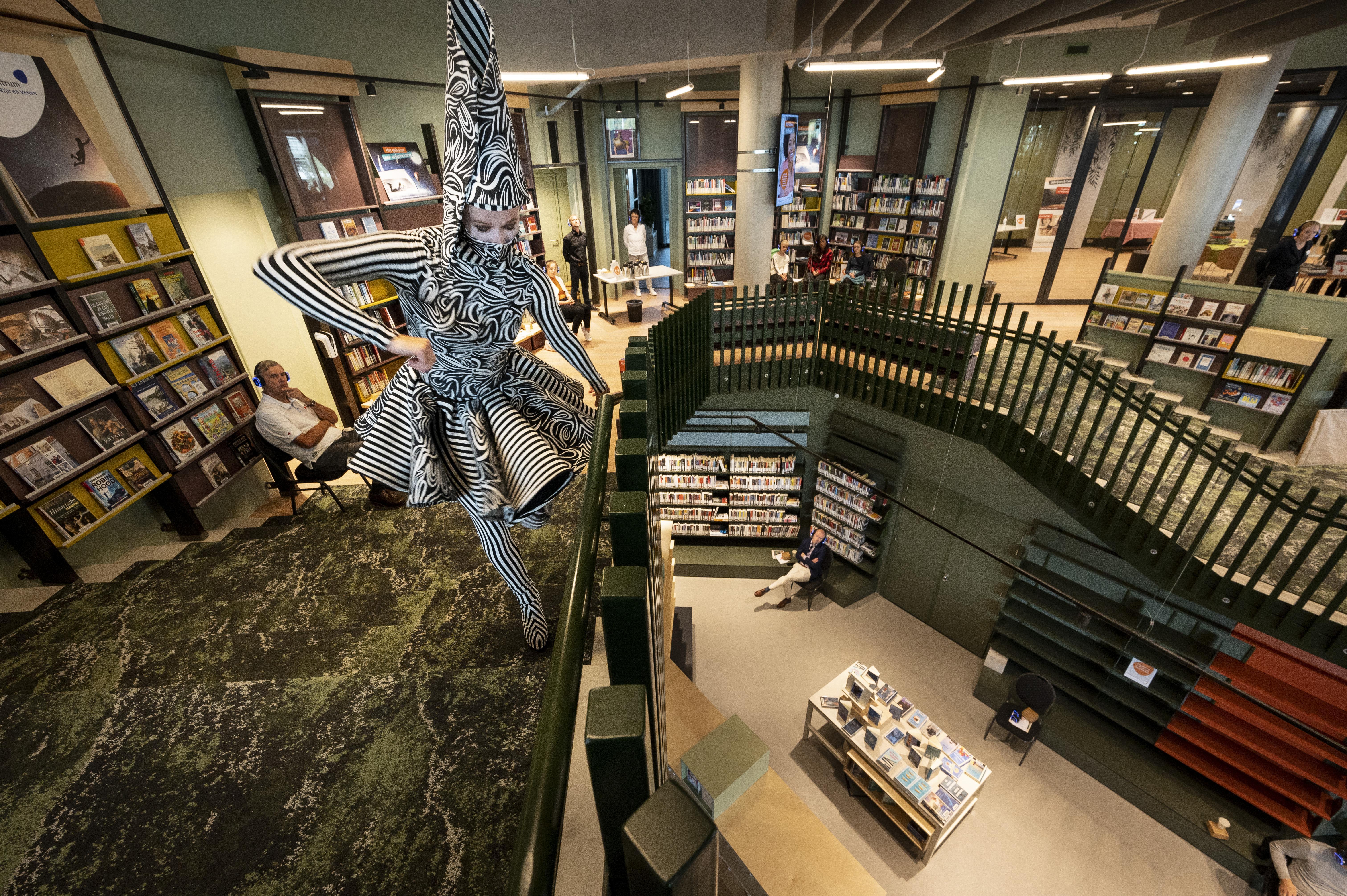 Lift nieuwe bibliotheek aan Aarkade in Alphen is te klein voor scootmobiel; aanpassing niet nodig, zegt wethouder