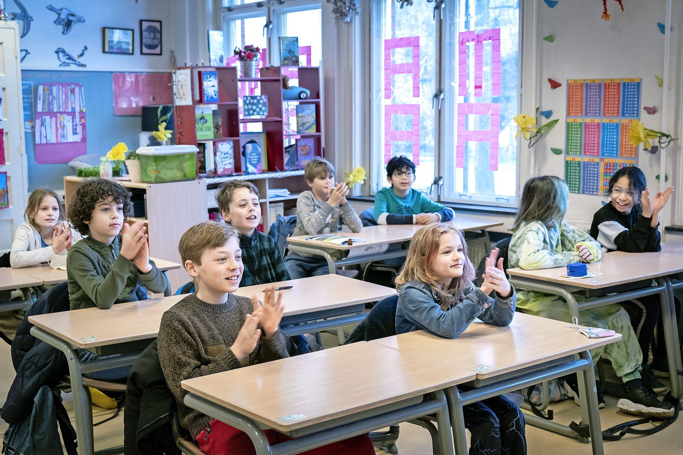 'Ben ik in beeld?' Kinderen Koorschool kijken naar eigen videoclip in het kader van 75 jaar Verenigde Naties [video]