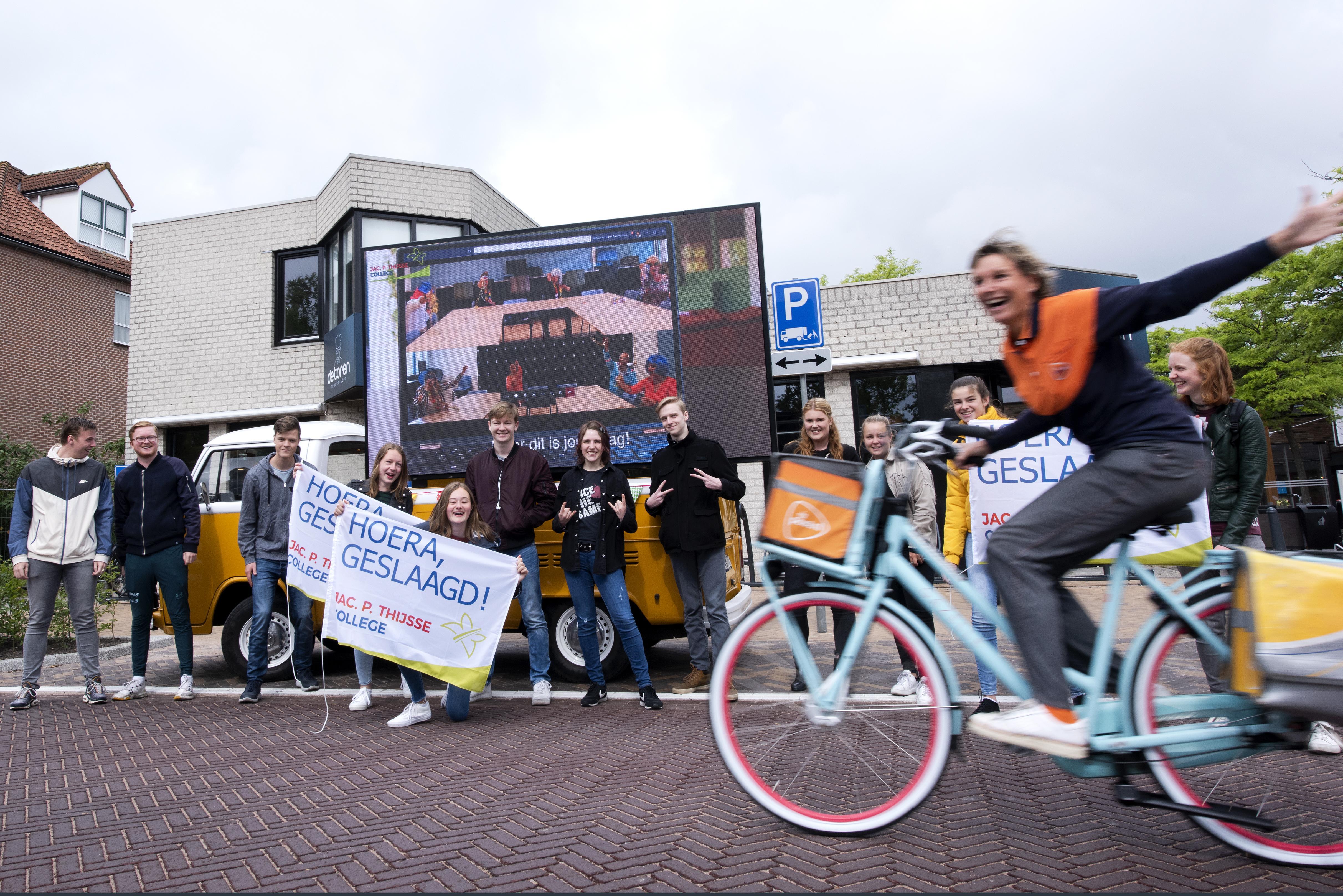 Busje met een videoscherm brengt aubade aan de eindexamenleerlingen van het Jac. P. Thijsse College in Castricum. 'Ik zal de school ontzettend missen. Zeker nu het zomaar opeens allemaal voorbij is'