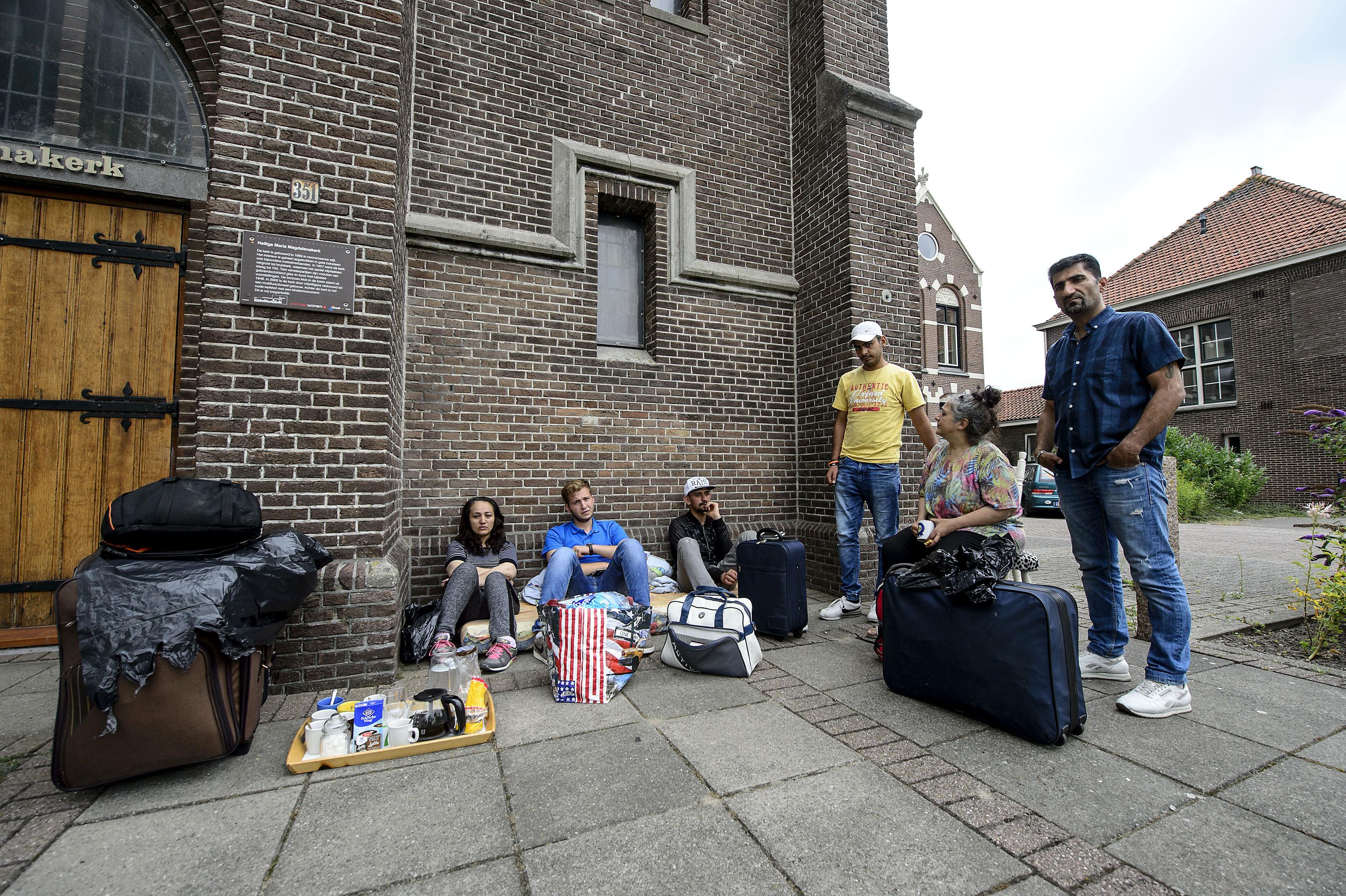Dakloze asielzoekers op matras voor kerk in Wormer