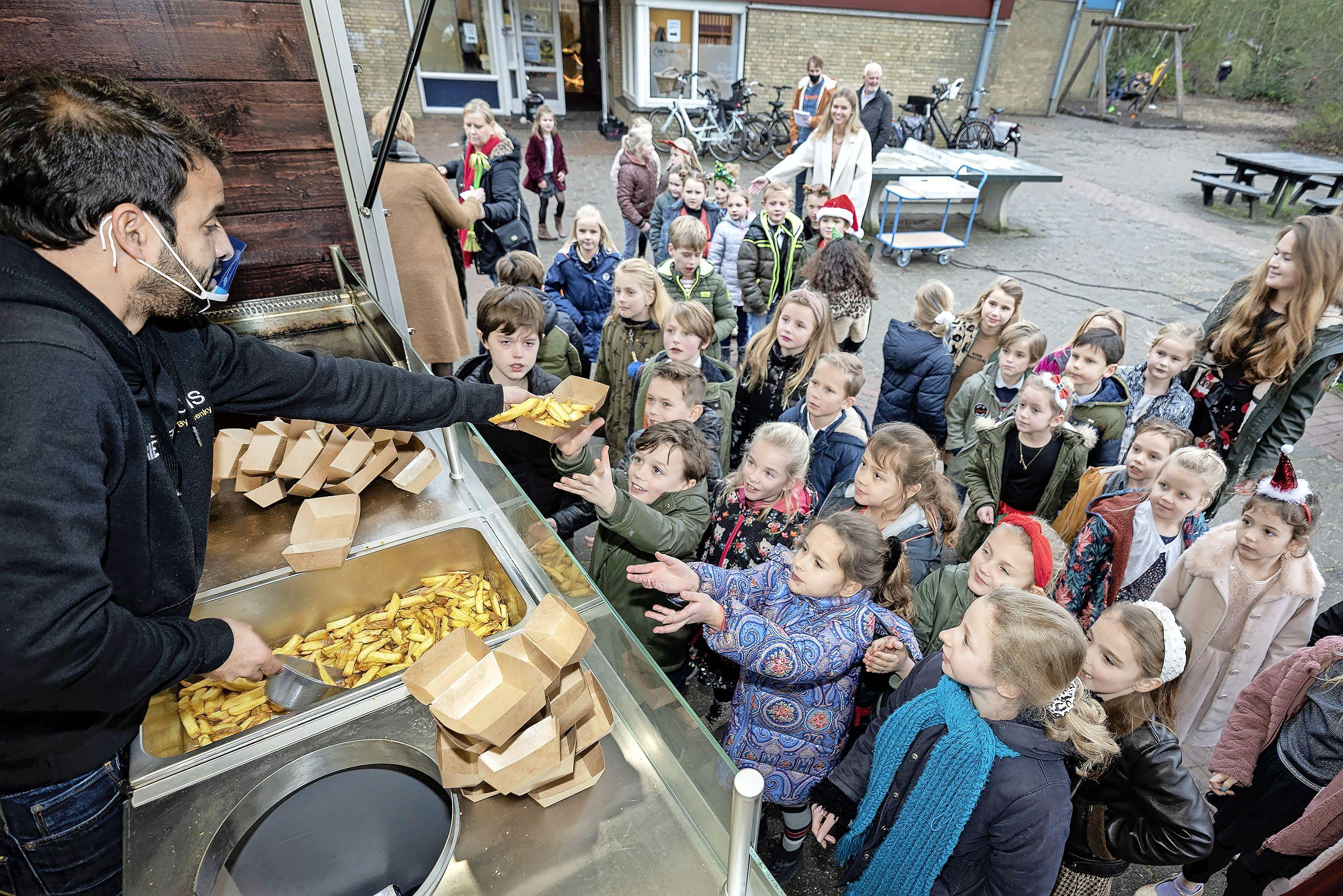 Mobiele patatzaak Driehuizer Friethuis van Henk van der Valk staat tegenwoordig ook in Oud-IJmuiden en bij bedrijven. 'We blijven ondanks de corona optimistisch'