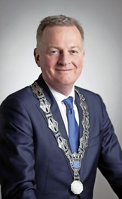 Velsense burgemeester kijkt vol verwachting uit naar proef met korte wapenstok voor boa's: 'Ja, het wordt hier straks veiliger op straat. Iédereen zal er profijt van hebben'