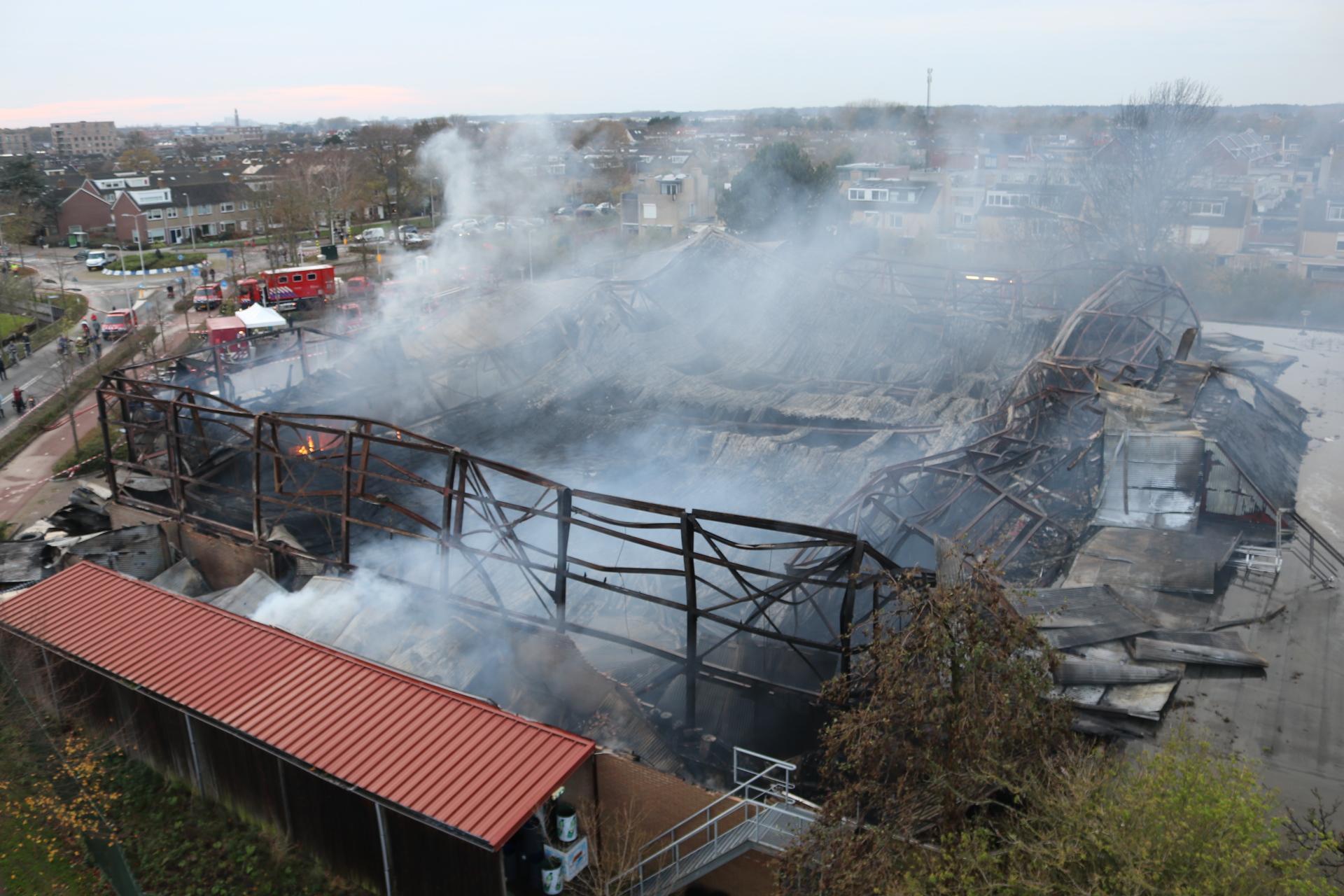 Brandweer blust laatste vlammen na brand in totaal verwoest sport- en recreatiecentrum in Noordwijkerhout [video]
