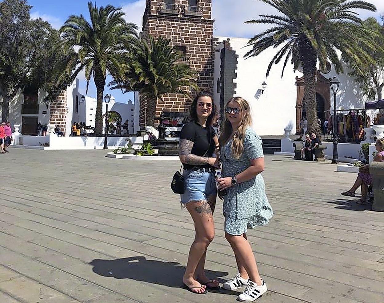Corona zet streep door emigratie Mariëlle en Celine (beiden 24) van Langedijk naar Lanzarote: huis weg, baan weg, inkomen weg