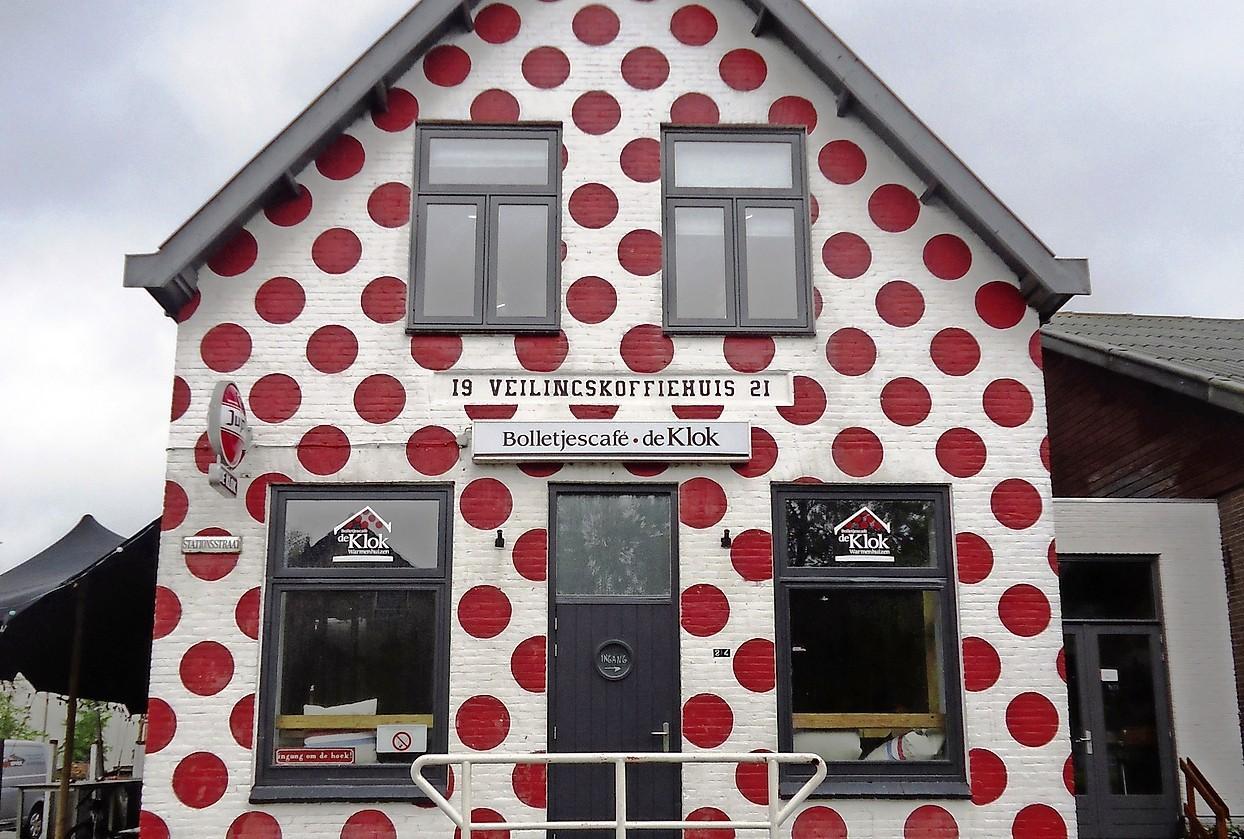Het is definitief: de kermis in Warmenhuizen gaat door. Eén horecazaak krijgt een vergunning en de attracties staan op een andere plek