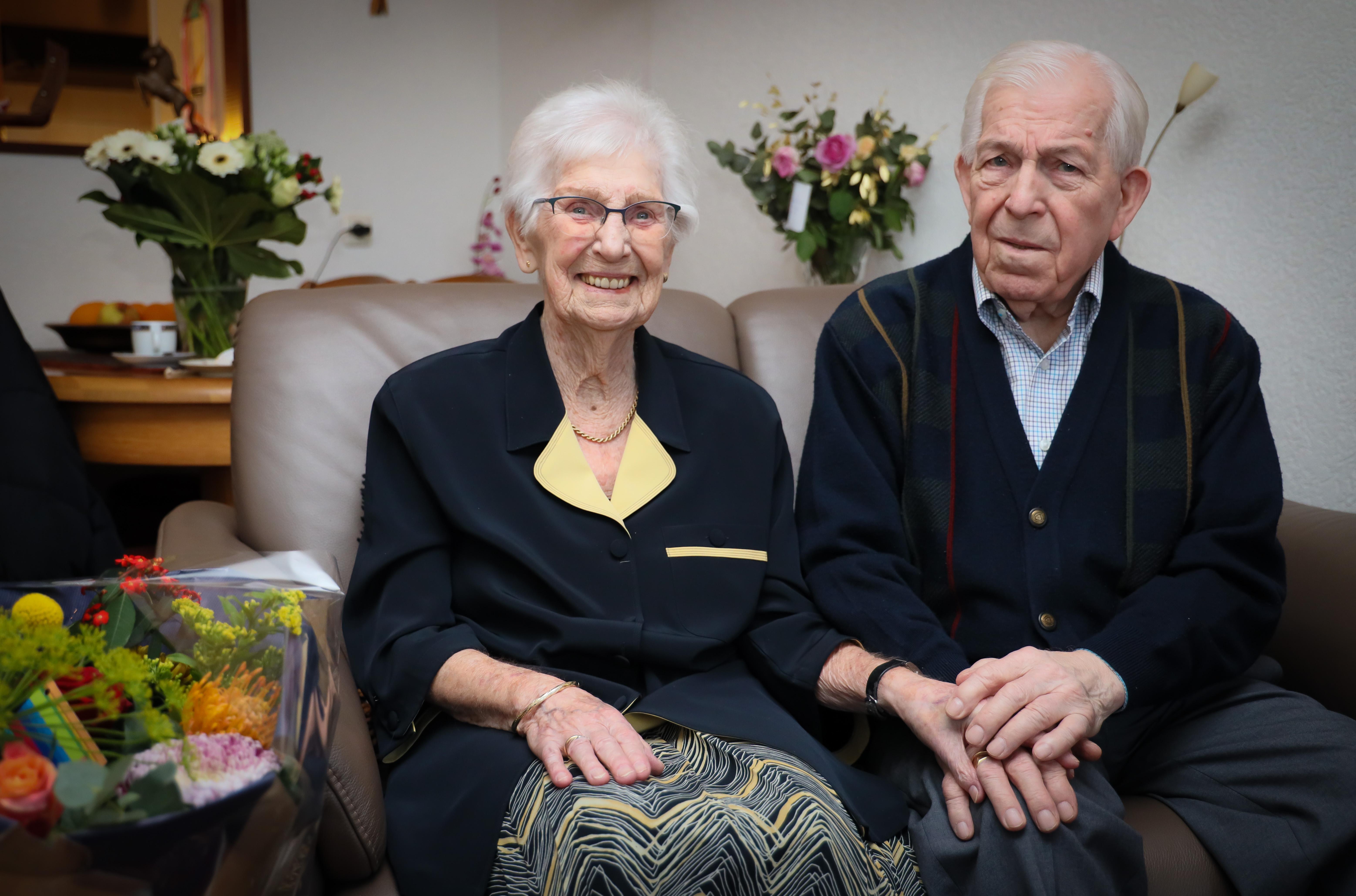 Rijn Frank (93) uit Hoorn vloog met zijn schip de lucht in, maar zijn huwelijk met Mimi (90) was minder explosief en nu zijn ze 65 jaar getrouwd: 'Wát een tijd hé!'