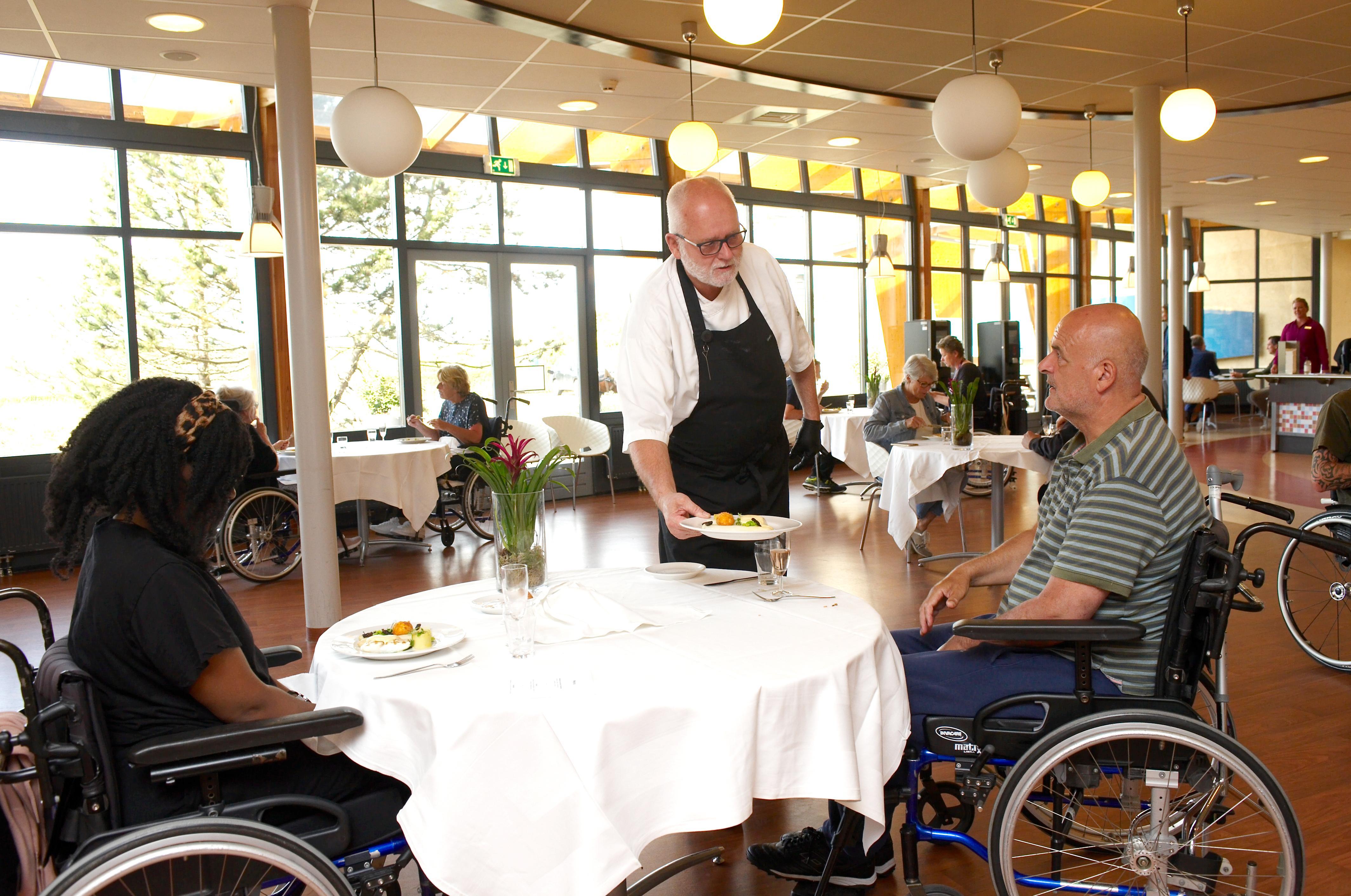 Meesterkok Imko Binnerts kookt voor bewoners Heliomare in Wijk aan Zee. 'Een unieke ervaring in deze roerige tijd', vindt het revalidatiecentrum