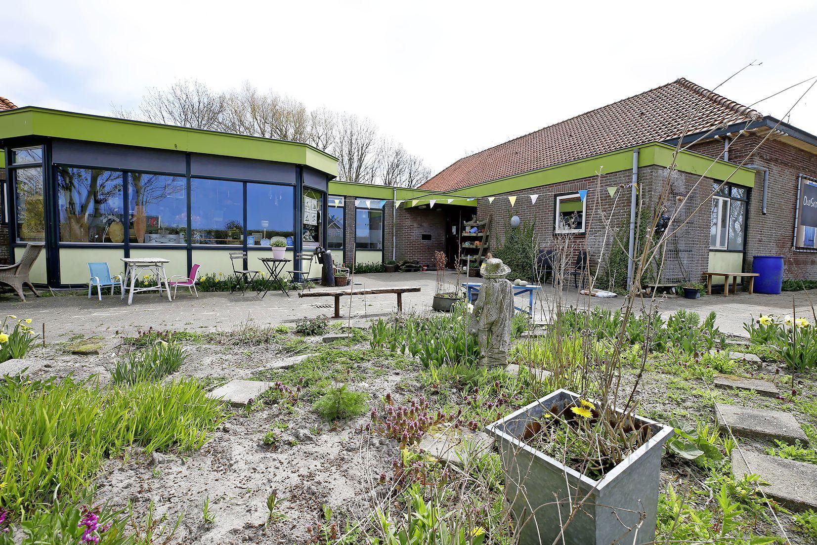 De oude school van Burgerbrug wordt een mooi dorpshuis. Maar dorpsbewoners mopperen. Zij zien liever woningbouw en dat wist de gemeente. 'Er is niet geluisterd naar de inwoners'