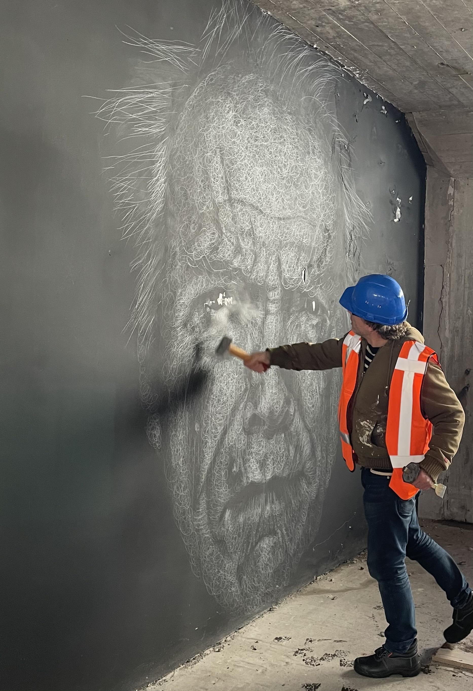 Kunstenaar Maurice Braspenning vernietigt portretten van beroemde filmregisseurs: 'Ze gaan er allemaal aan!' [video]