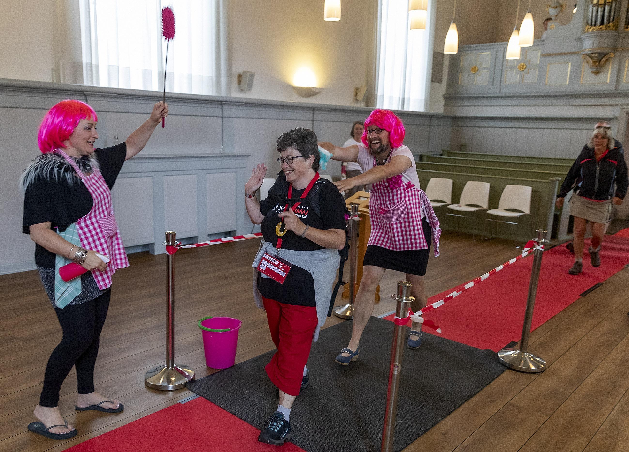 Deelnemers aan Wandel4Daagse Alkmaar worden in kerk Oudorp besprenkeld met 'wandelvirus'
