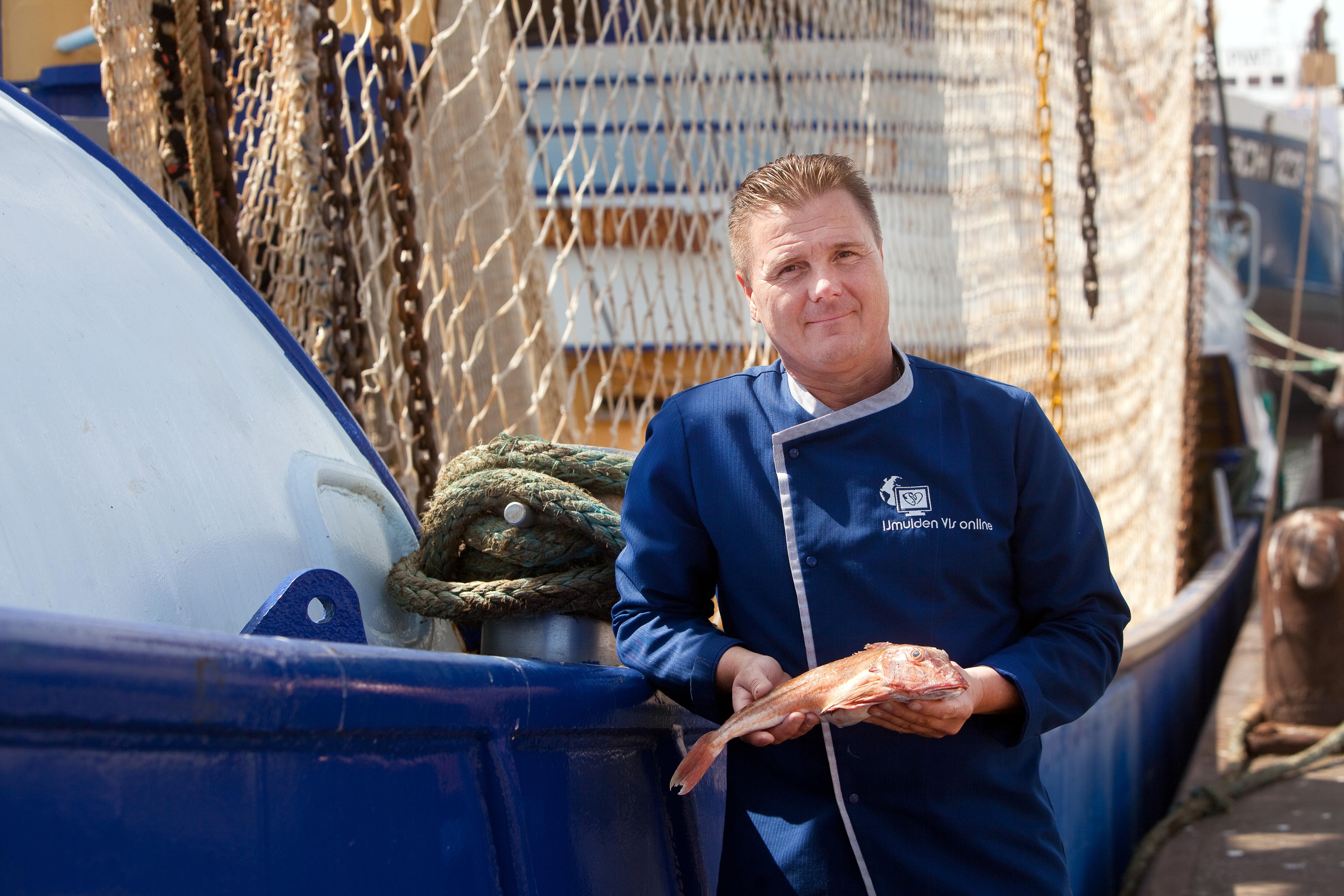 IJmuiden Vis Online-eigenaar Marlon (49) leerde vis verkopen op de Albert Cuyp. 'Om zeven uur 's ochtends kwamen de meisjes van lichte zeden, in hun negligés, een visje halen voor ze naar huis gingen'