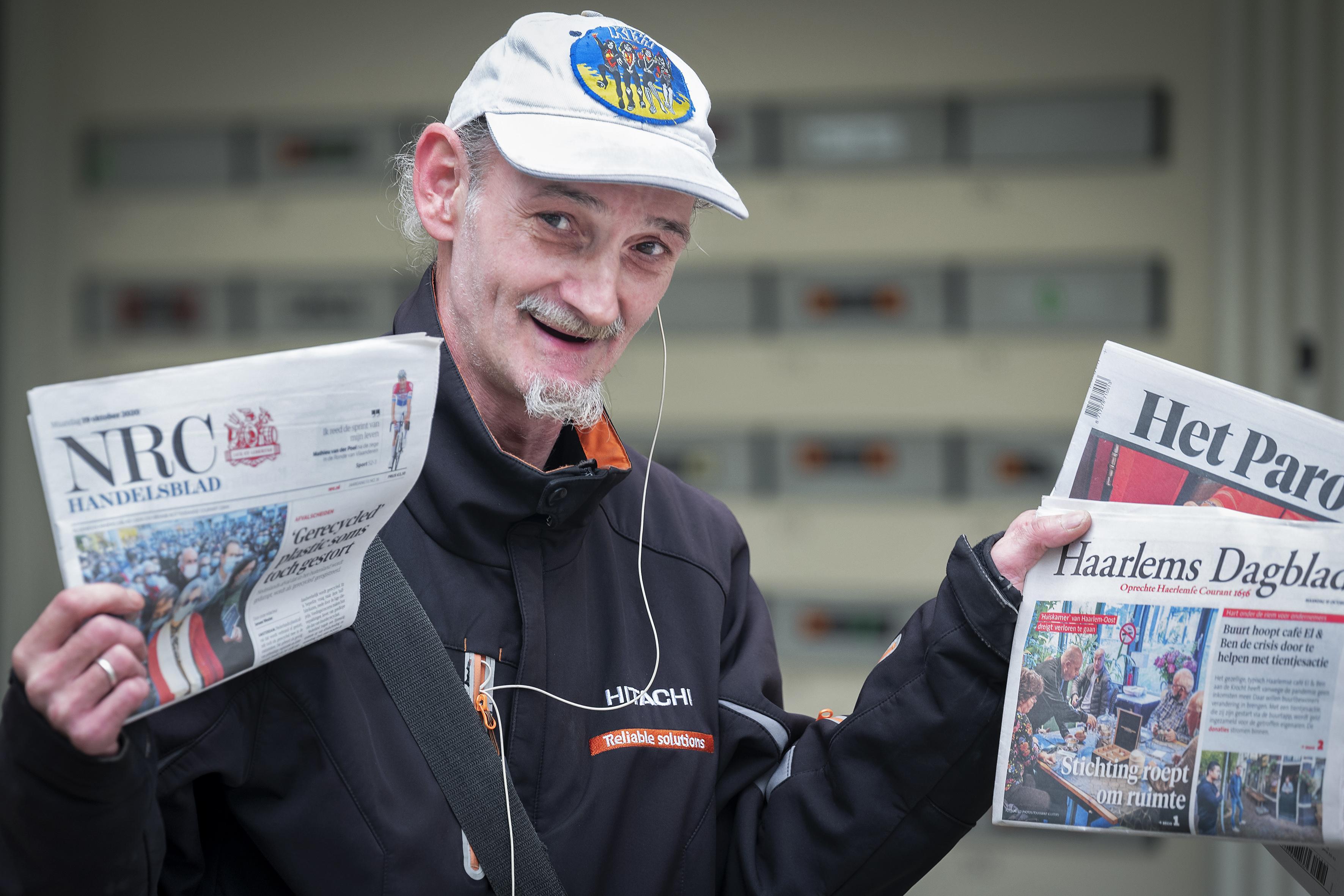 De Zingende Krantenman Gustaaf is geliefd in de wijk: 'Als ik even stil ben en mijn gezang niet te horen is, roept iemand op straat: 'Wat is dat? Niet zingen?!'