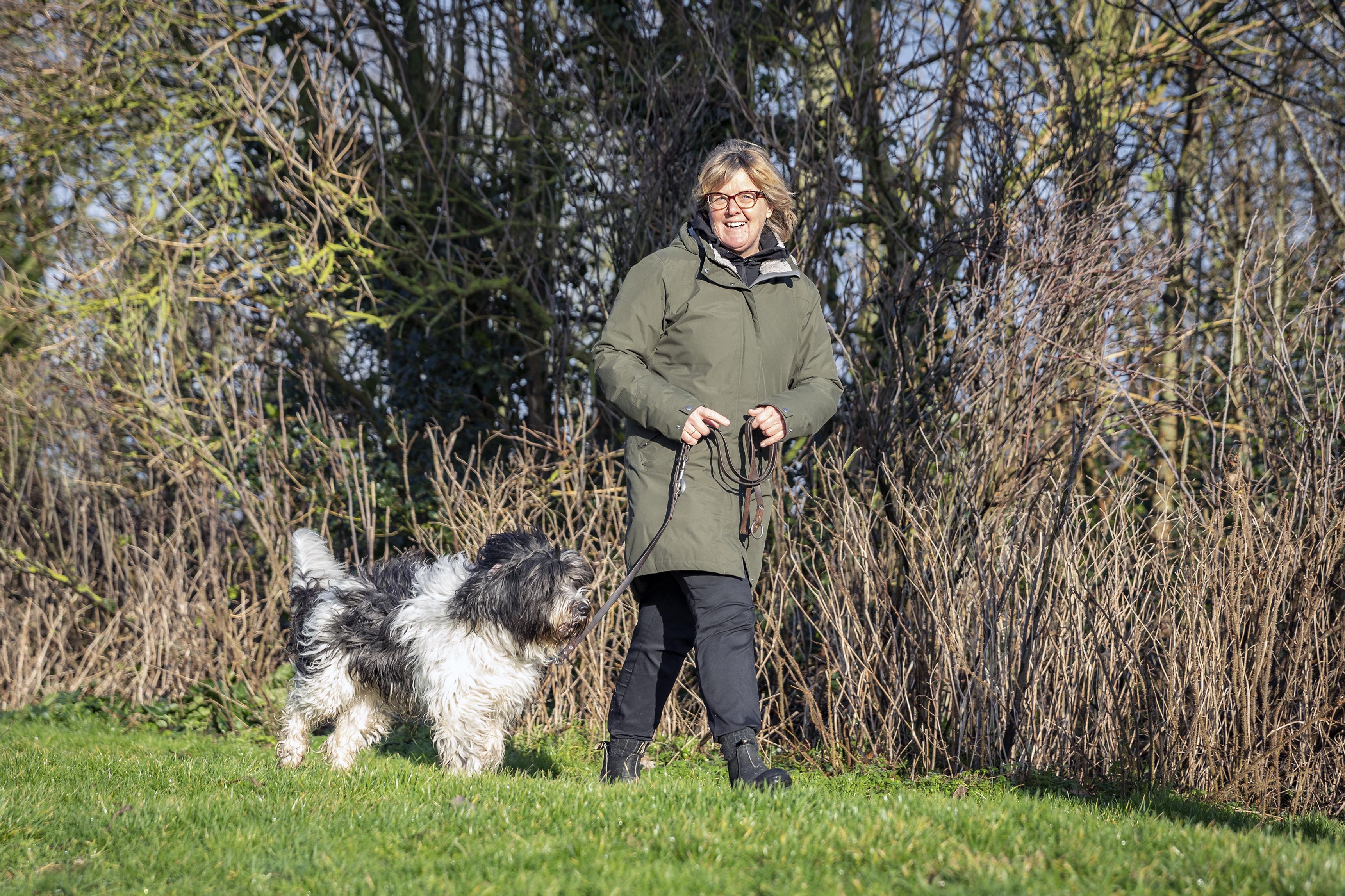 Sabien Bosman reed haar bedrijfsauto total loss op beruchte kruising Pontweg in Den Burg. Dankzij crowdfunding komt er een nieuwe