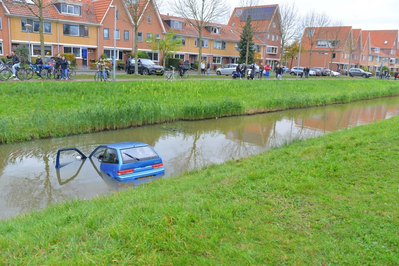 Auto te water in Nieuw-Vennep, twee gewonden