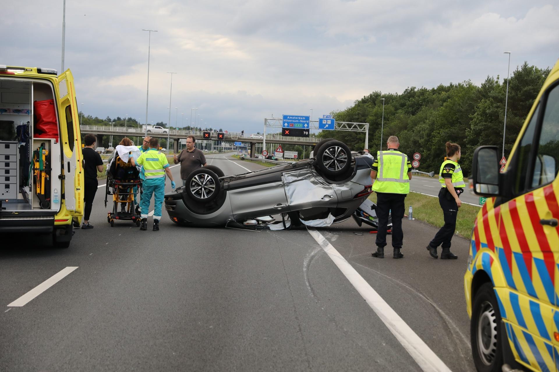 Twee gewonden bij ongeluk op de A1 bij Laren, auto belandt op zijn kop