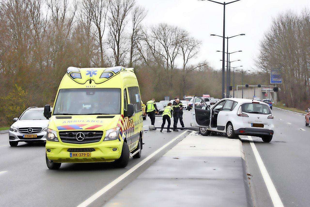 Auto klapt op lantaarnpaal in Wassenaar, bestuurder gewond