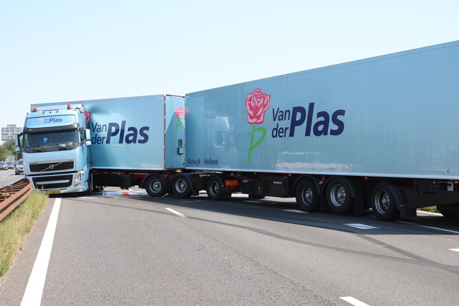 Verkeer urenlang muurvast op snikhete A44 bij Sassenheim na ongeval met vrachtwagen, hulpdiensten massaal ingezet [video's]