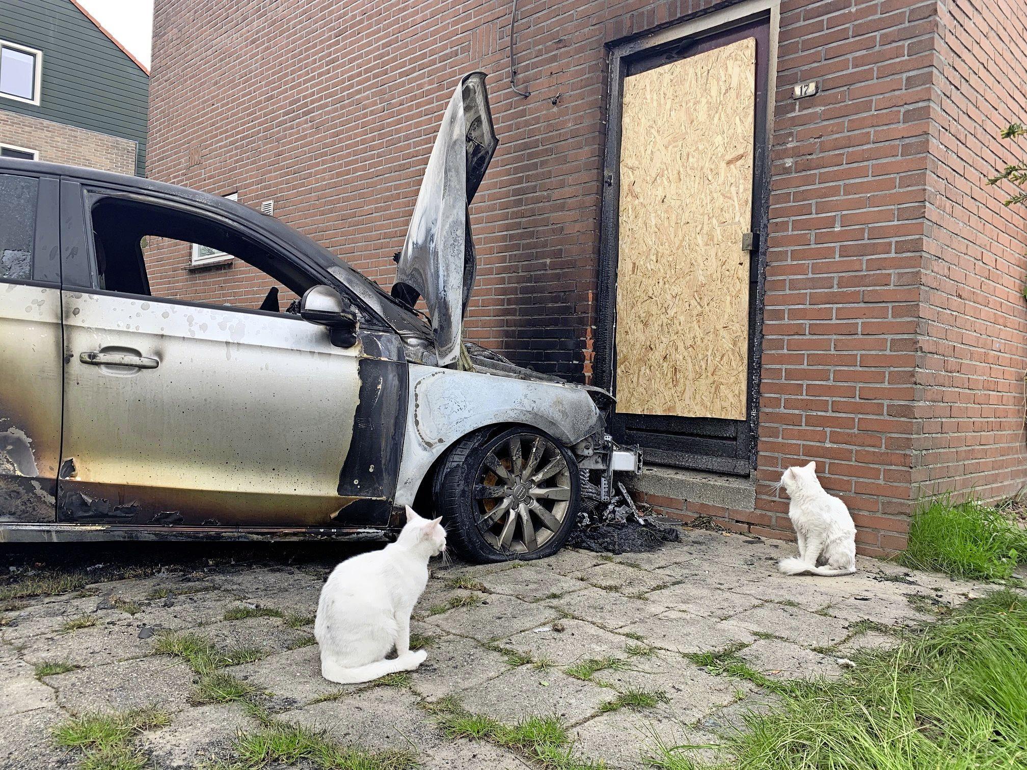 Brandstichting is een gerichte actie tegen een alleenstaande moeder, zeggen de buren. 'De dader keek nog even of de auto daadwerkelijk vlam vatte'