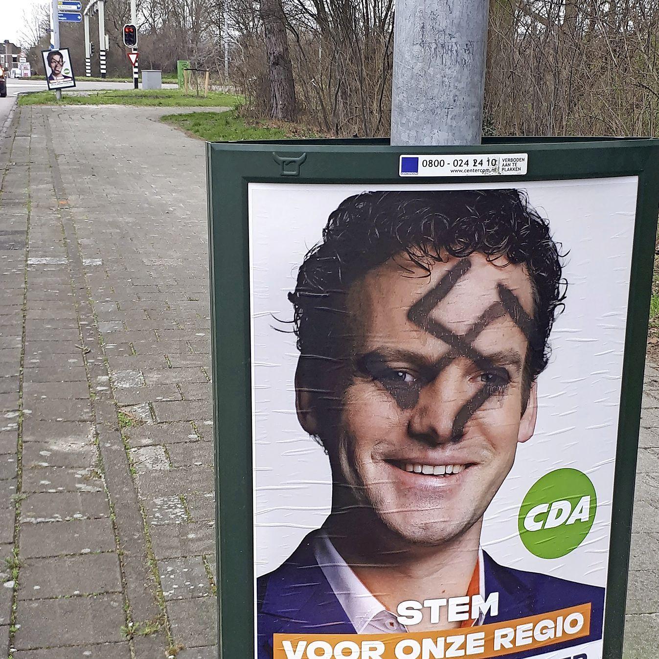 Hakenkruizen over verkiezingsborden Jelle Beemsterboer (CDA) in Alkmaar-Noord. 'Heel kinderachtig. Geen aandacht aan geven'