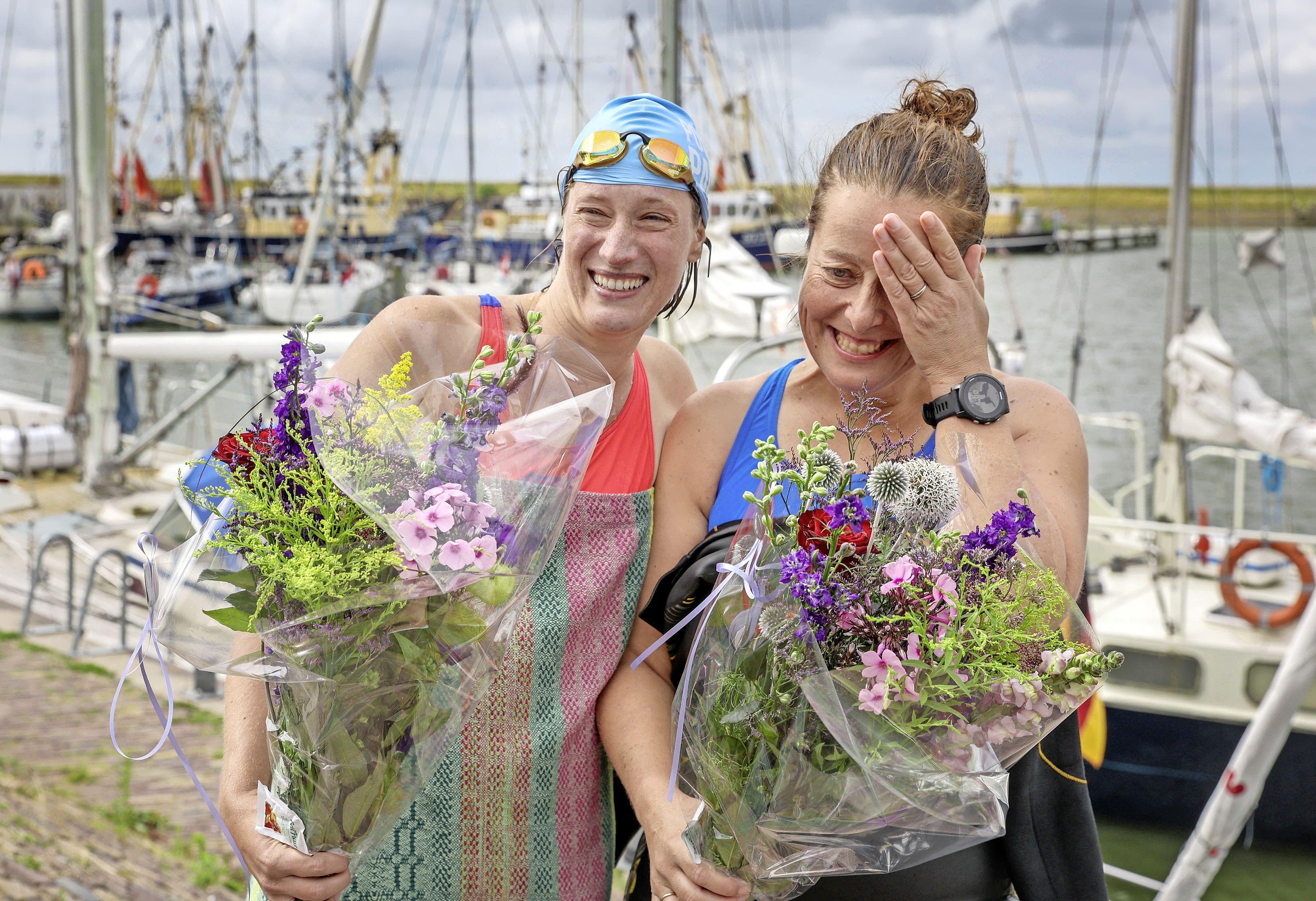 Zwemsters steken in dag het IJsselmeer over 'Heel zwaar, maar ook bijzonder'