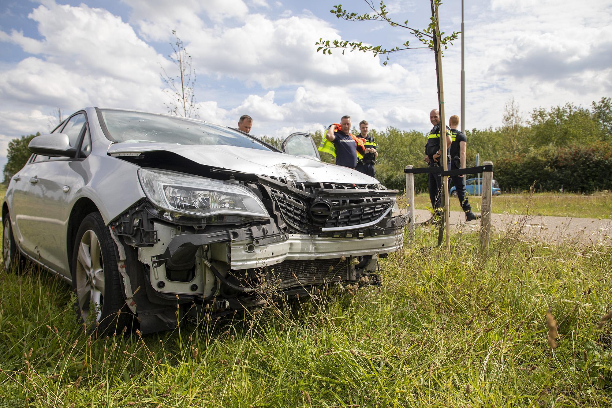 Automobilist naar ziekenhuis na botsing tegen lantaarnpaal in Spaarndam